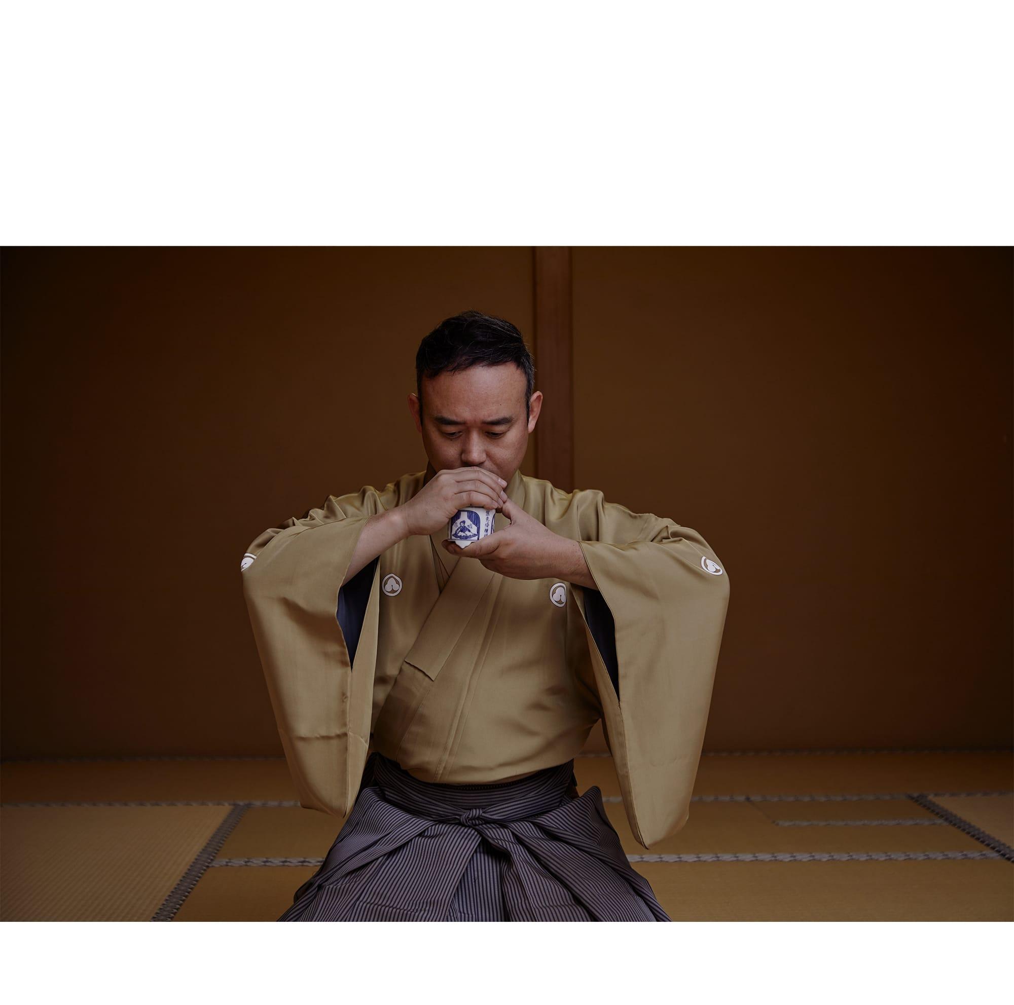 「香道は美の集大成」と語る志野流若宗匠、蜂谷宗苾(はちやそうひつ)が心を鎮めて聞香(もんこう)を行う。