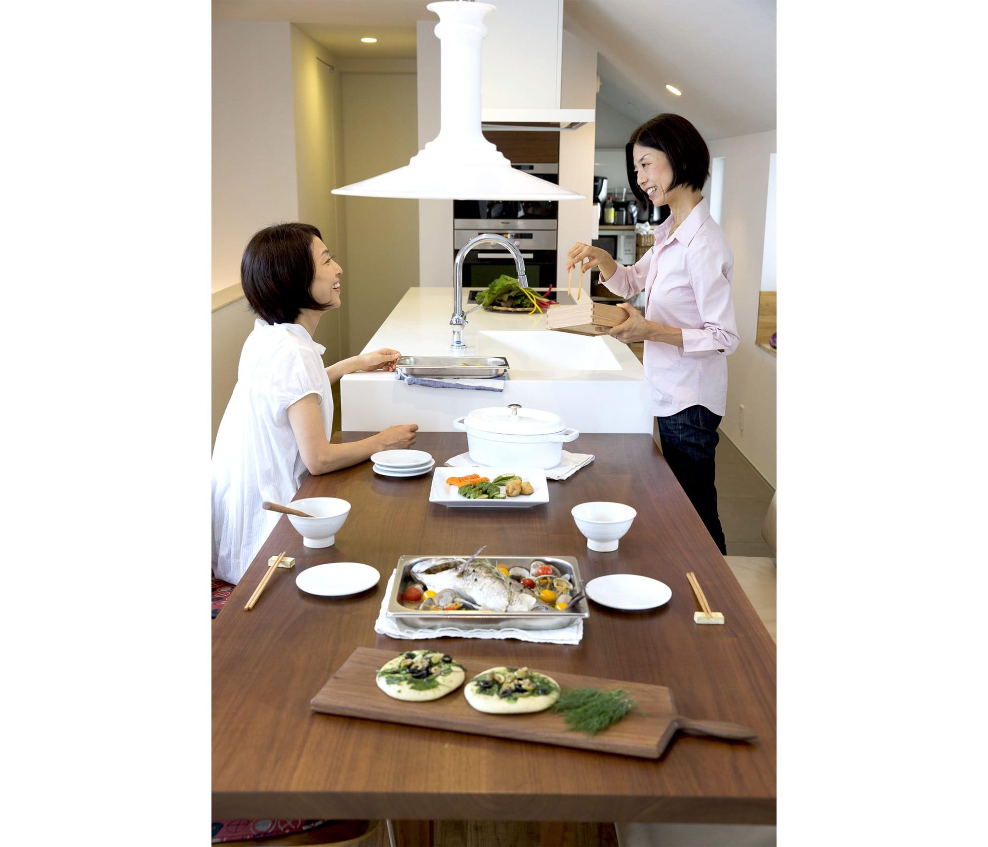 限られたスペースを生かしたキッチン。まるで家具のように美しいディテールのキッチンなら、ダイニングテーブルの延長線上においても違和感はない。 キッチン製作=リネアタラーラ  Photography by Takuya Neda