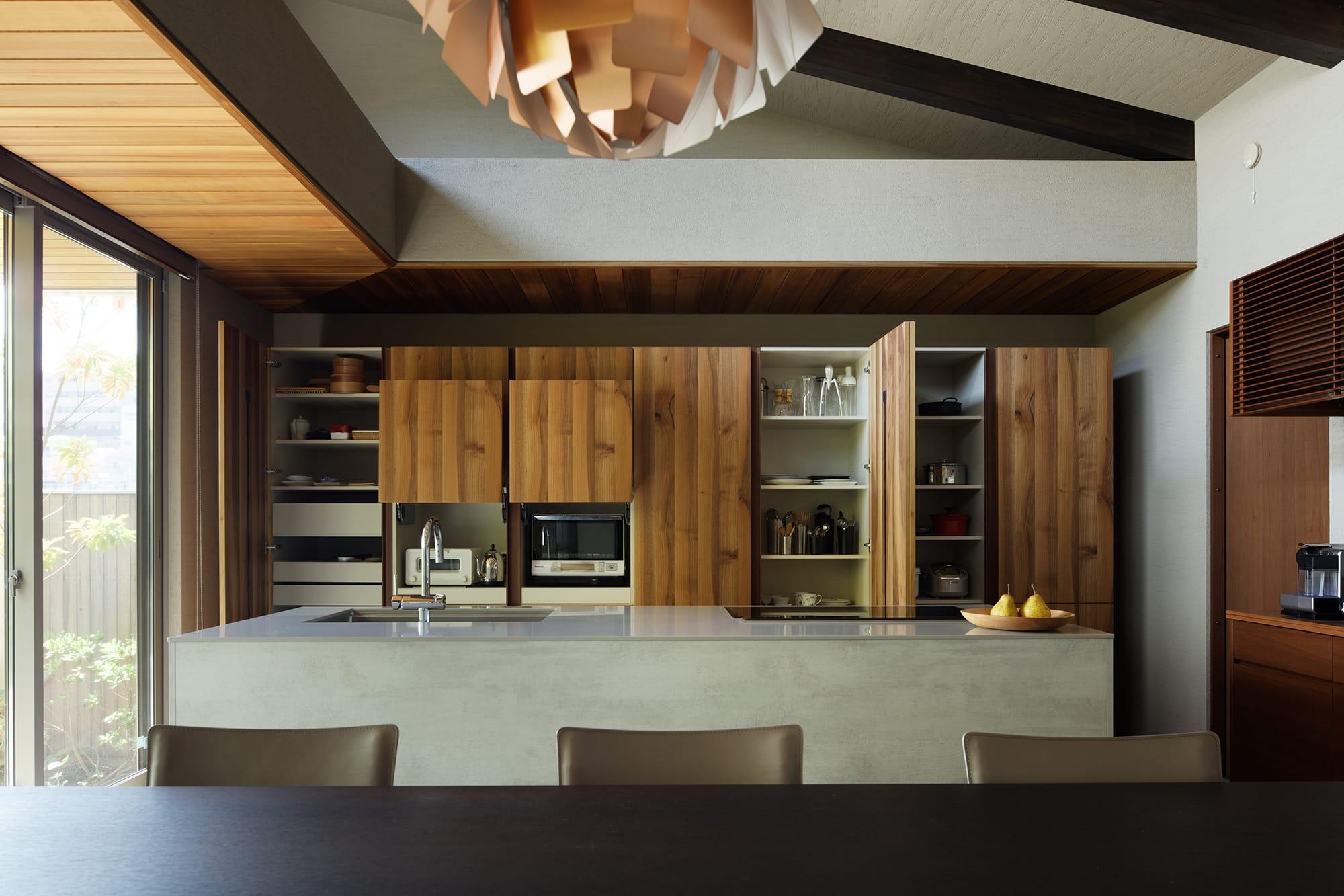 収納スペースは適材適所の収納が実現するように計算されている。 キッチン製作=ユーロモビル大阪/住宅=積水ハウス Photography by Ken Shirotani