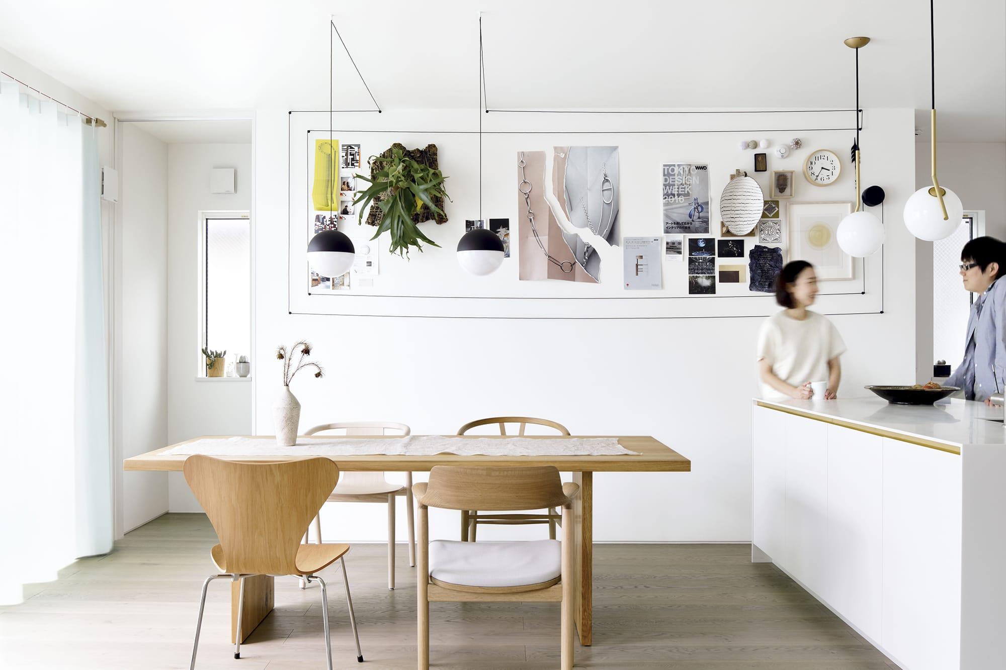クリップボードのようになっている壁が印象的なキッチンダイニング。回遊型にしたことで2人でキッチン作業がスムーズになる。キッチン製作=リネアタラーラ/住宅設計=住友林業Photography by Miyuki Kaneko
