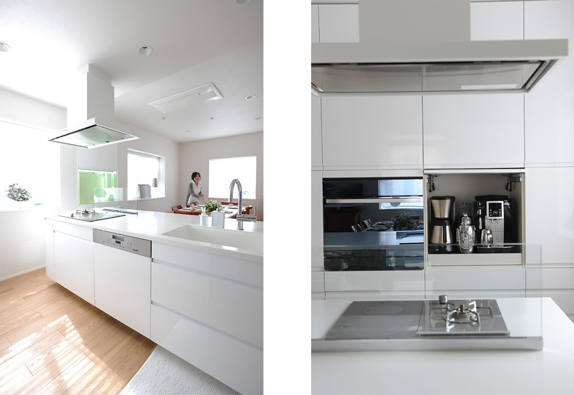 左:シンクまで真っ白なキッチン。左手にある水槽はキッチンと一緒に制作したもの。右:使いやすさを優先し、コーヒーマシンは目の高さに設置。その上の棚にはコーヒー豆や茶葉がストックされている。キッチン製作=クチーナ/住宅設計=三菱地所ホームPhotography by Yukinori Okamura