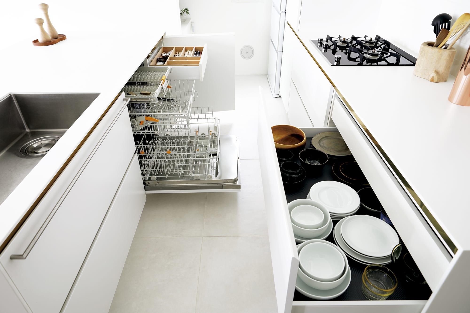 キッチン内で背中合わせに作業をすることを考えて、通路は幅1mに設計している。キッチン製作=リネアタラーラ/住宅設計=住友林業 Photography by Miyuki Kaneko