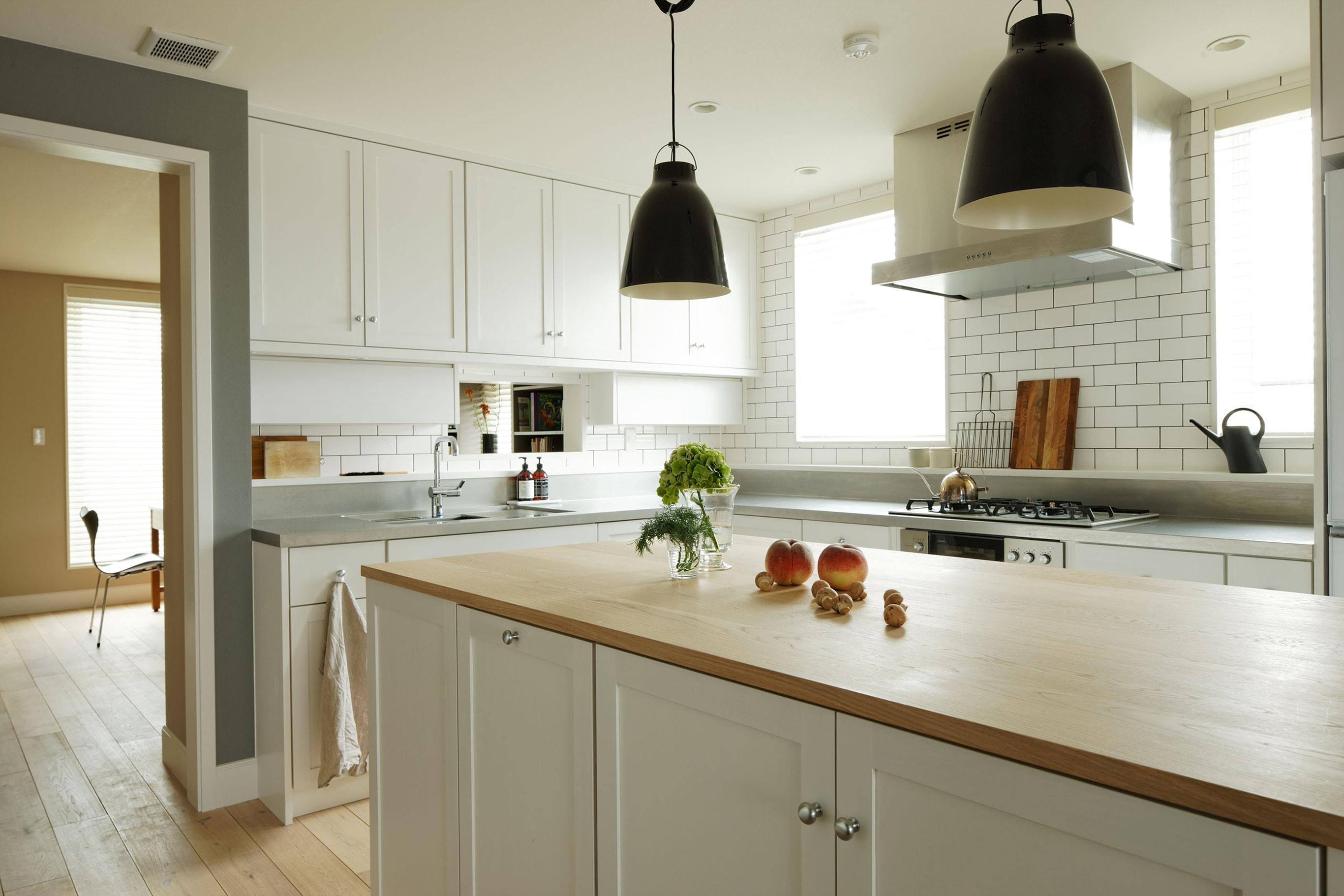 理想のドアを見つけたことから、オーダーキッチンがスタートした。キッチン製作とインテリアデザイン=FILE Photography by Ken Shirotani