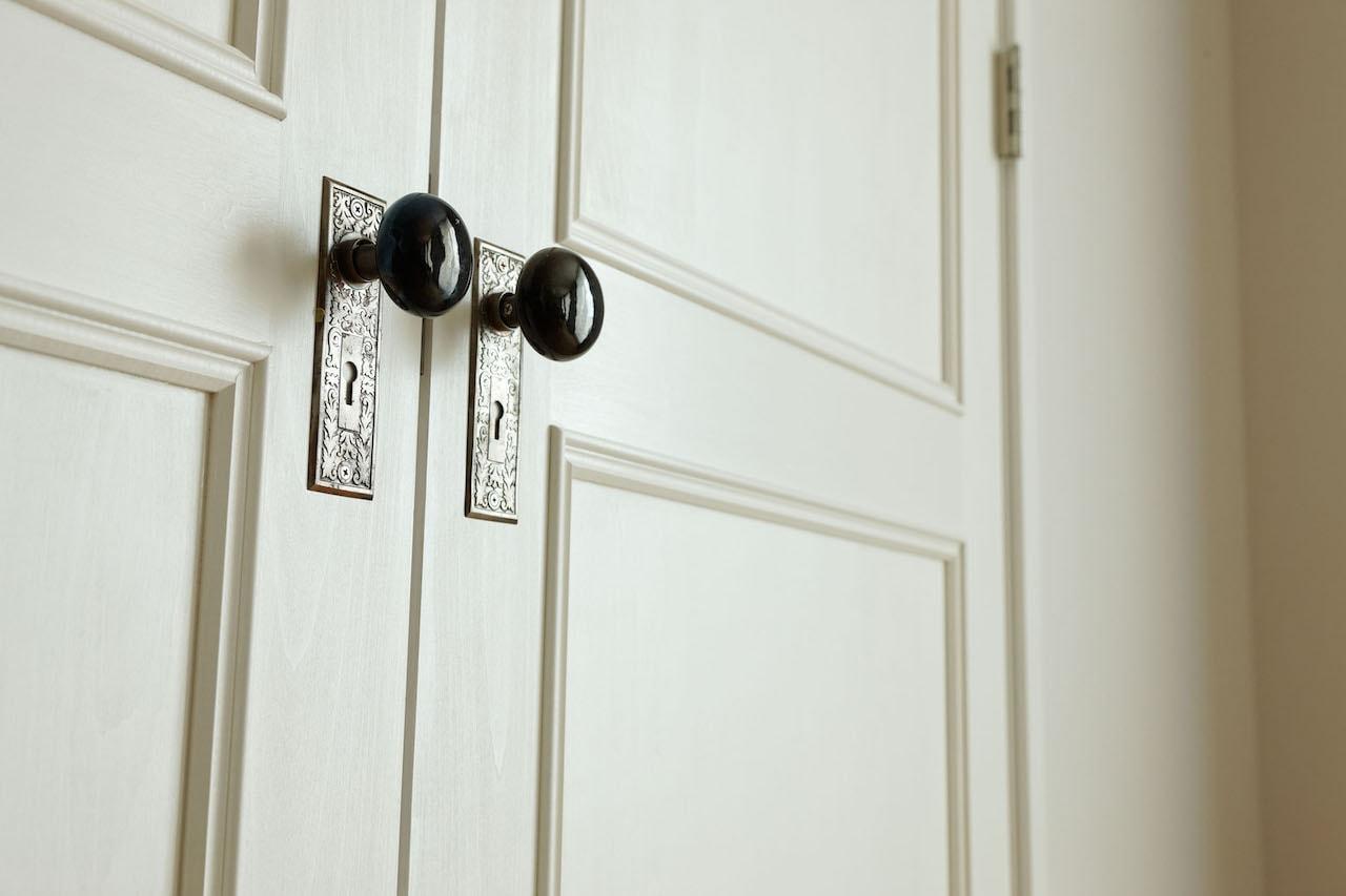 アンティークのドアノブを取り付けたドア。ドアの向こうにはランドリー室がある。Photography by Ken Shirotani