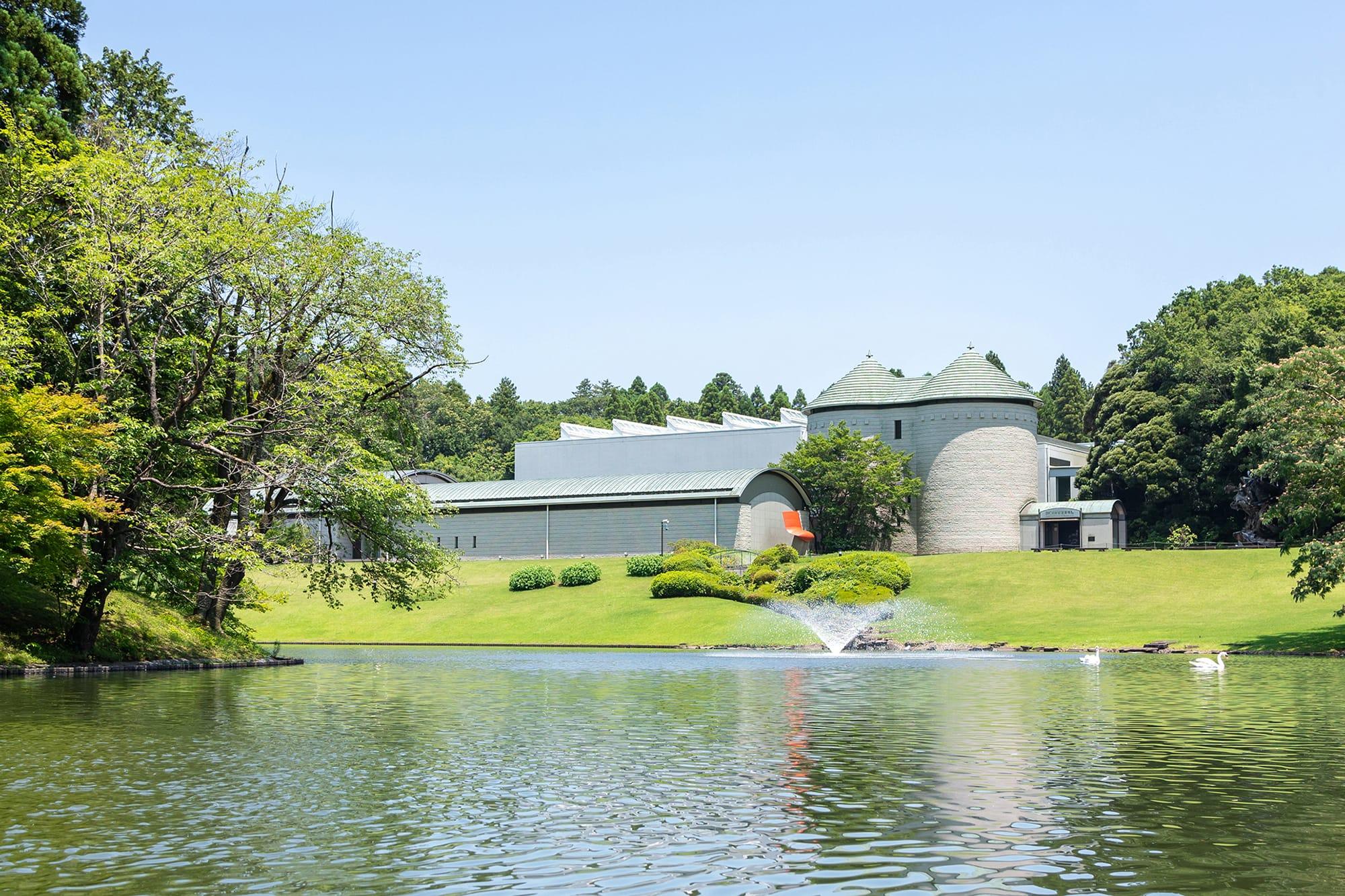 DIC川村記念美術館の外観。建築デザインは海老原一郎。かつて里山であった名残を留め、庭園にはなだらかな起伏が広がっている。Photo: Manami Takahashi