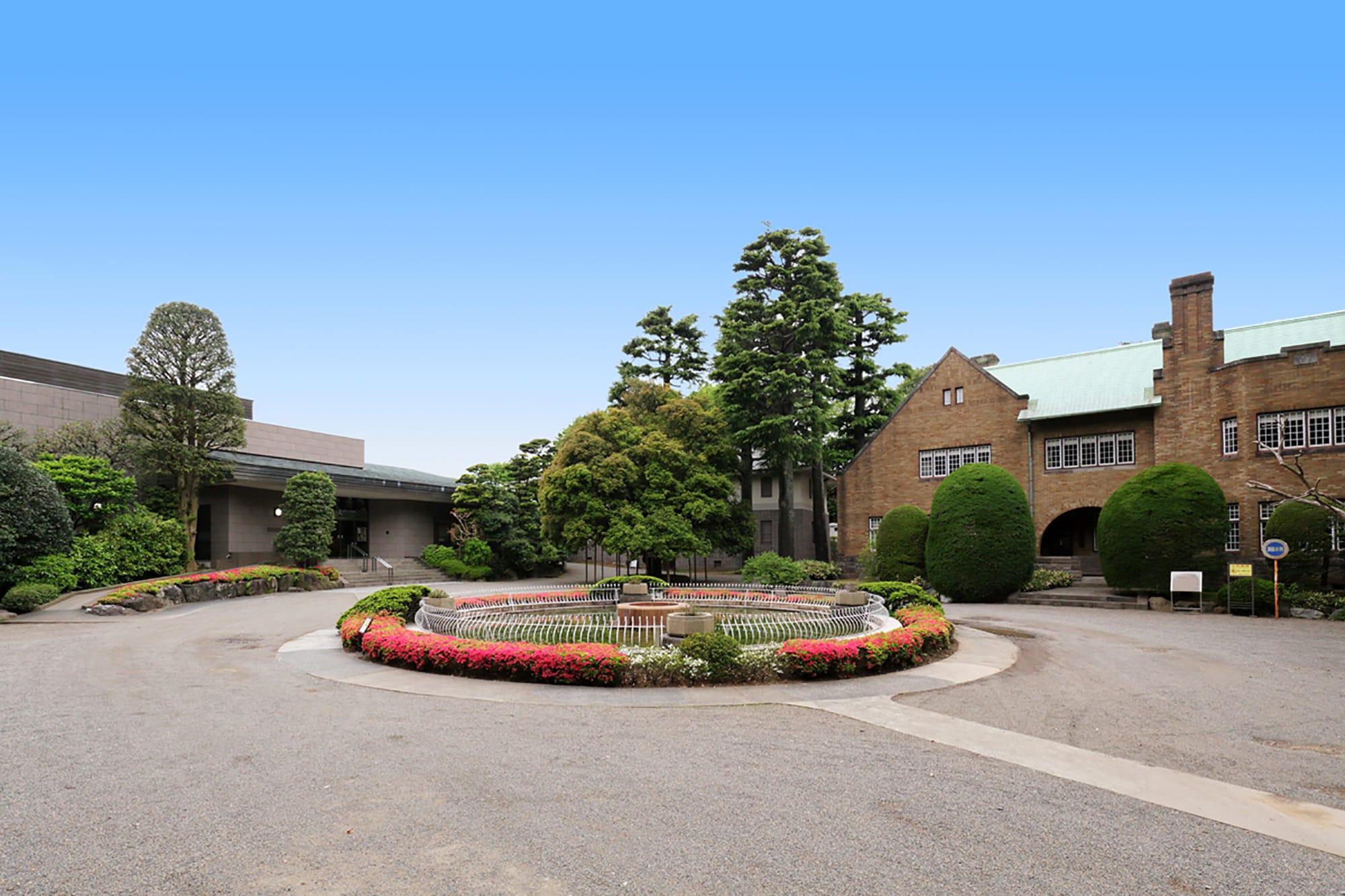 世田谷区岡本にある静嘉堂文庫美術館では、三菱第2代社長の岩崎彌之助とその息子、小彌太の父子二代が集めた古典籍や東洋古美術品が収蔵されている。