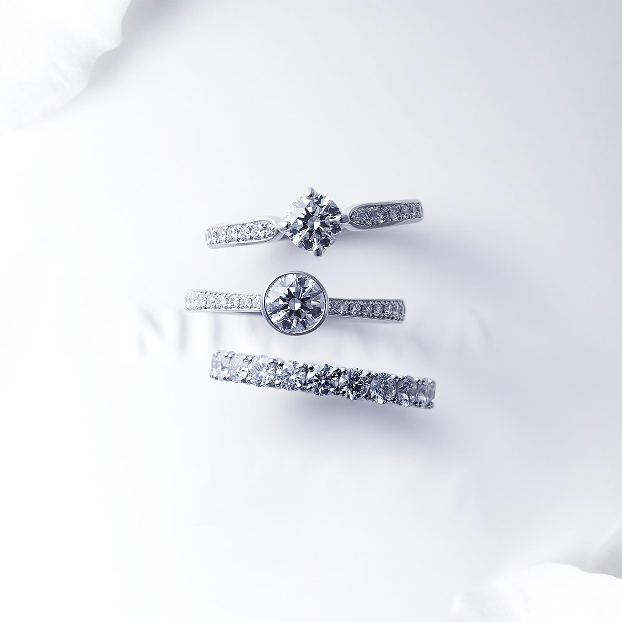 美しい情景が浮かび、祝福する想いが込められたネーミングが特徴的なブライダルジュエリー。 上:「睡蓮 SUIREN」 Pt950・ダイヤモンド ¥301,000~ 中央:「八重霞 YAEGASUMI」Pt950・ダイヤモンド ¥336,000~ 下:「久遠 KUON」Pt950・ダイヤモンド 約2.5㎜幅 ¥735,000~、約3.0㎜幅 ¥1,246,000~、約3.5㎜幅 ¥1,911,000~(価格はすべて税抜き)