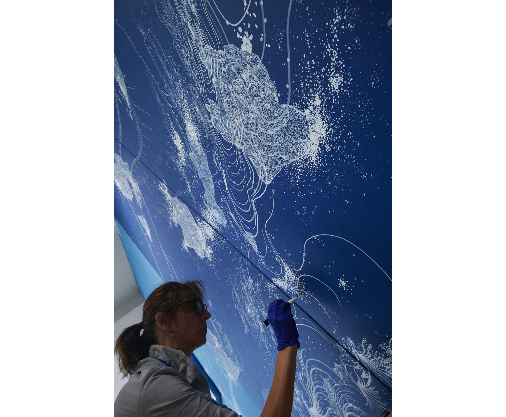 繊細なラインでモチーフを描き続けるシント。 制作風景/ Sandra Cinto at work ©Nacása & Partners Inc. / Courtesy of Fondation d'entreprise Hermès