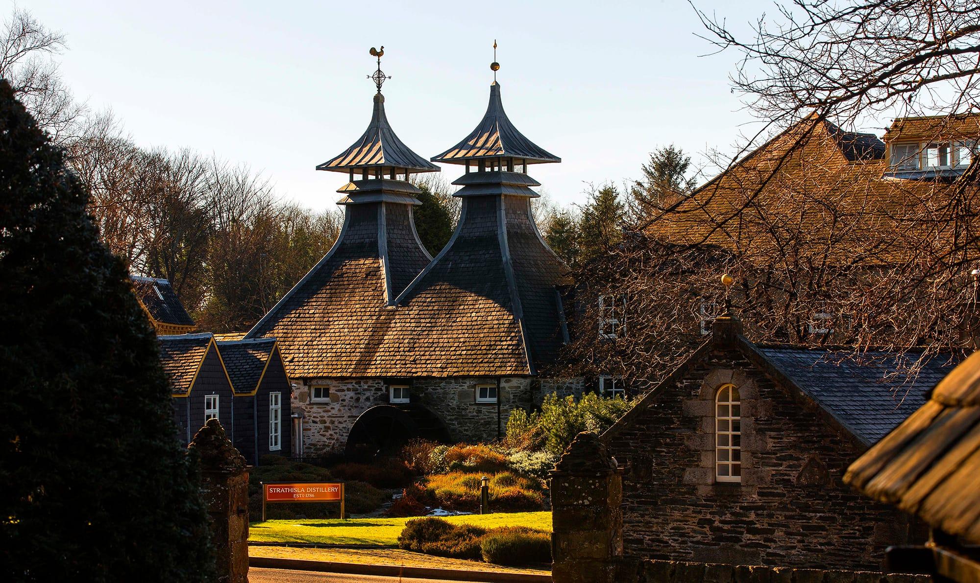 スコットランドのキースにあるシーバルリーガル社の蒸溜所。スコットランドと富山8,888km離れたシーバスリーガルと満寿泉、2つのブランドの出合い。