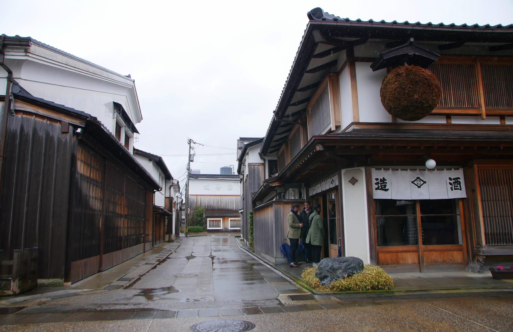 富山市岩瀬地区の桝田酒造店。岩瀬では風情ある街並みを散策しながら富山の美酒美食を体験できる。