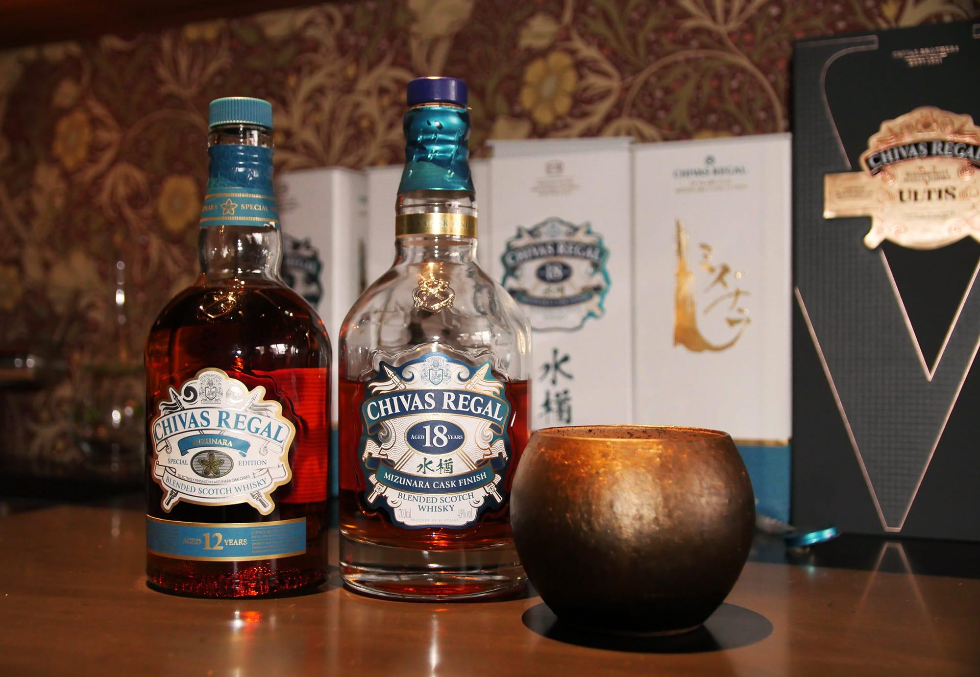 2013年発売の「シーバスリーガル ミズナラ12年」と2020年1月に発売された「シーバスリーガル18年ミズナラカスクフィニッシュ」。桝田酒造店のウィスキーラウンジバーでは、岩瀬在住の陶芸家・釋永 岳のグラスで楽しむ。