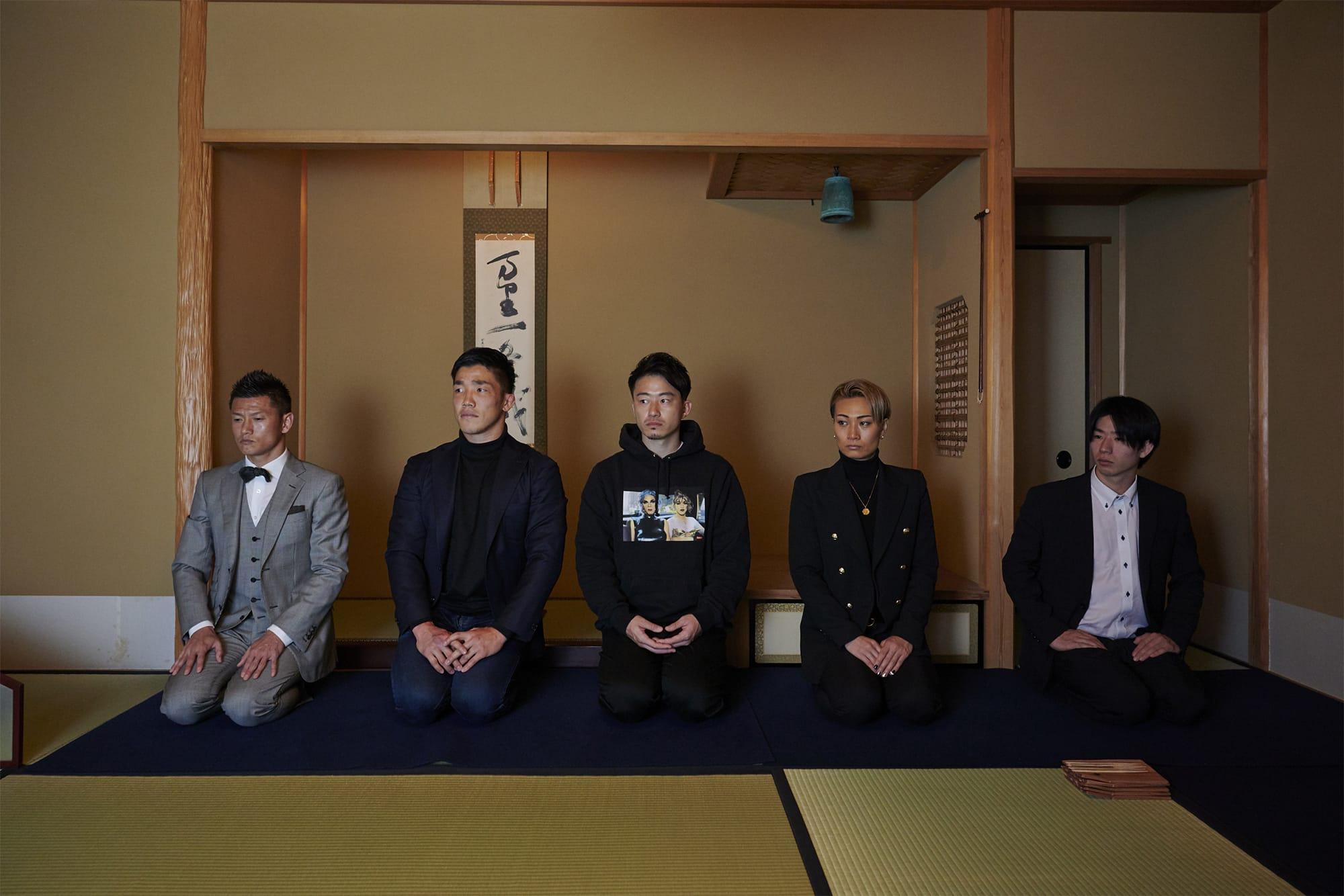 「アスリート茶会」に集ってくれたトップアスリートたち。左から播戸竜二、 金正奎、 前田眞郷、YUI、YUUTARO。現代の武士然としたアスリートの佇まいに目を見張った。