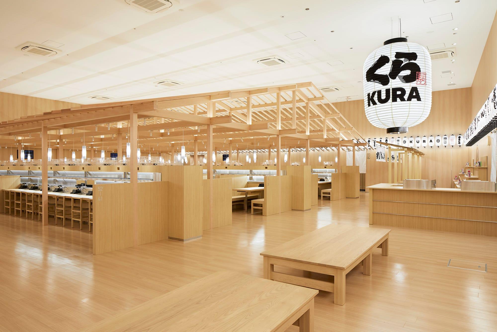 米国、台湾に続き、2020年に中国へ進出するくら寿司。浅草ROX店は佐藤可士和がデザインを担当した、グローバル旗艦店。日本の伝統文化を内装に取り入れ、射的や輪投げなども楽しめるスペースを設けてある。海外店でも同様な内装となる。