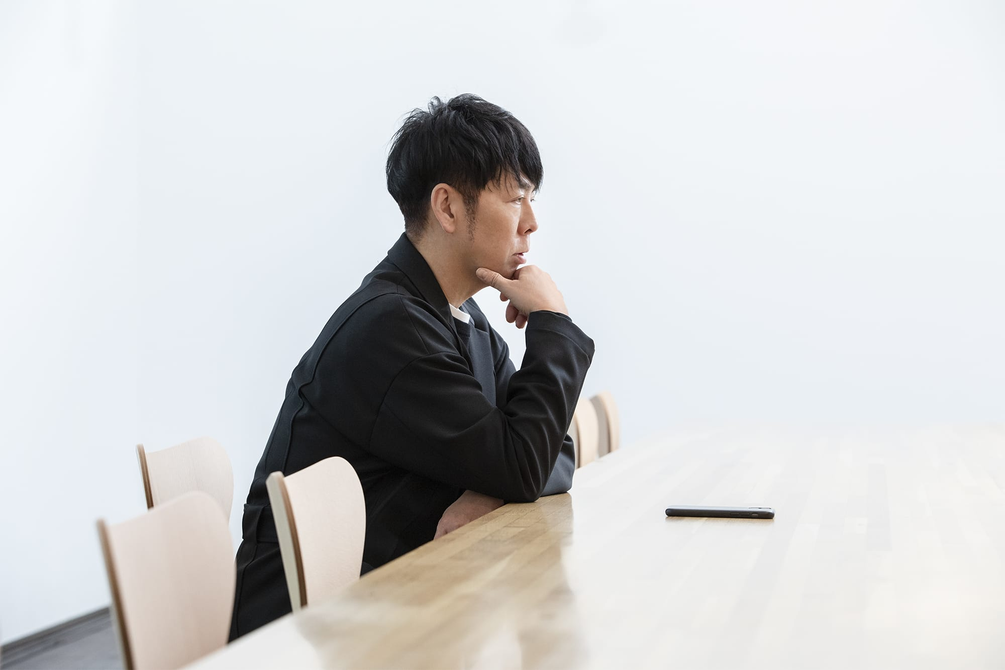 Kashiwa Sato's office is designed by Takaharu + Yui Tezuka. The bright white walls are storage spaces without any handles and there is only a large table with chairs placed equally spaced in the large office. This interview was held at his beautiful office where his method for reaching the essentials is implemented.