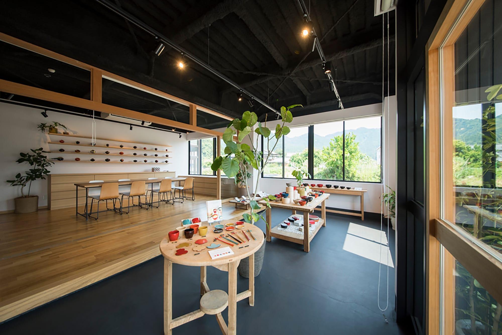 漆琳堂の直営店にあるショップ。自社ブランド「aisomo cosomo」や「お椀や うちだ」など、漆琳堂の全アイテムを実際に手に触れることができる。
