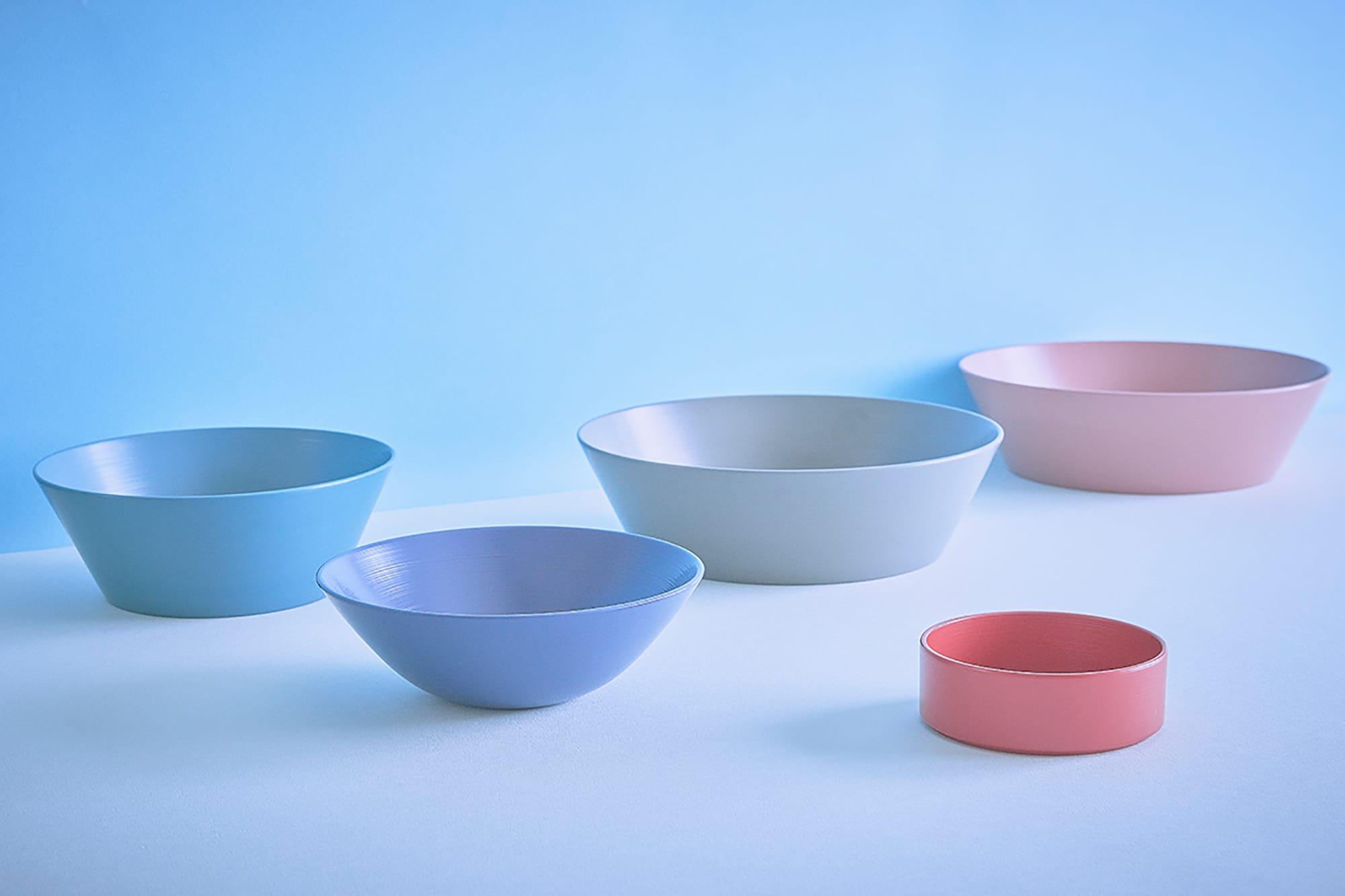 RIN&CO.のカラフルな越前硬漆 刷毛目の器。福井県、福井大学との産学官の連携によって堅い塗膜を実現した食器洗い機にも耐えうる漆器。手塗りによる刷毛目を活かしたデザイン。