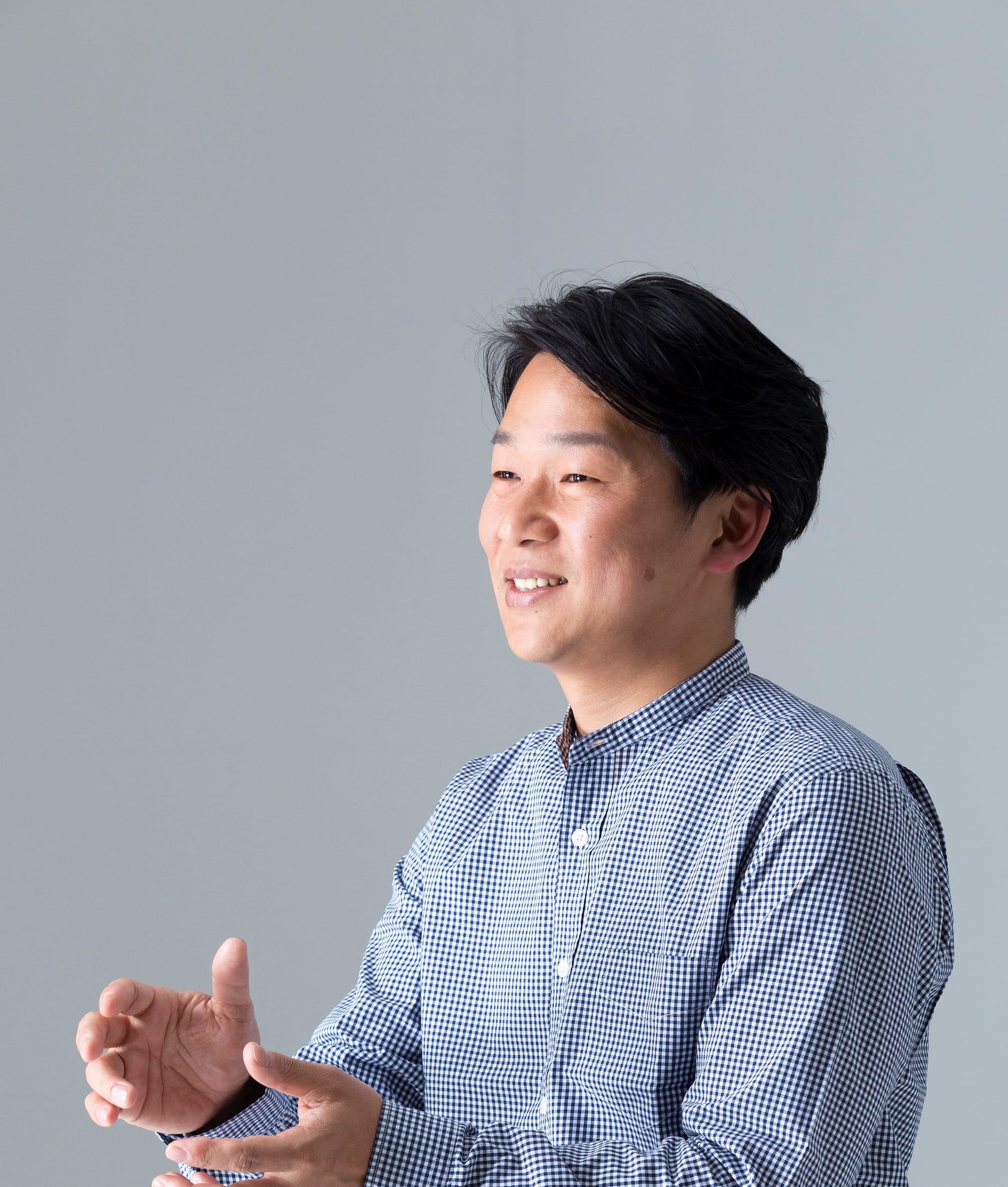 内田徹 Toru Uchida 漆琳堂 代表取締役社長 1976年生まれ。1793年創業の越前漆器メーカー漆琳堂の8代目。主に丸物(お椀、皿類)の下地と上塗りを得意とする。15年に渡り、祖父と父の元、漆器制作の下地と上塗りの修業をし、木地から上塗りまで一定の厚さに仕上げて塗膜を均一にする技術を習得。2015年より福井大学にて産学官連携本部に入部。漆の研究を県と大学とともに行い、耐熱性の高い漆を開発し、「食洗機で洗える漆椀」の開発につなげる。経済産業省「中小企業がんばる企業300社」に選出。技術継承のために若手職人を雇用し、地域産業観光のリーダーとして活躍。2013年、産地史上最年少で「経済産業大臣指定伝統的工芸品越前漆器塗り部門伝統工芸士」認定を受ける。