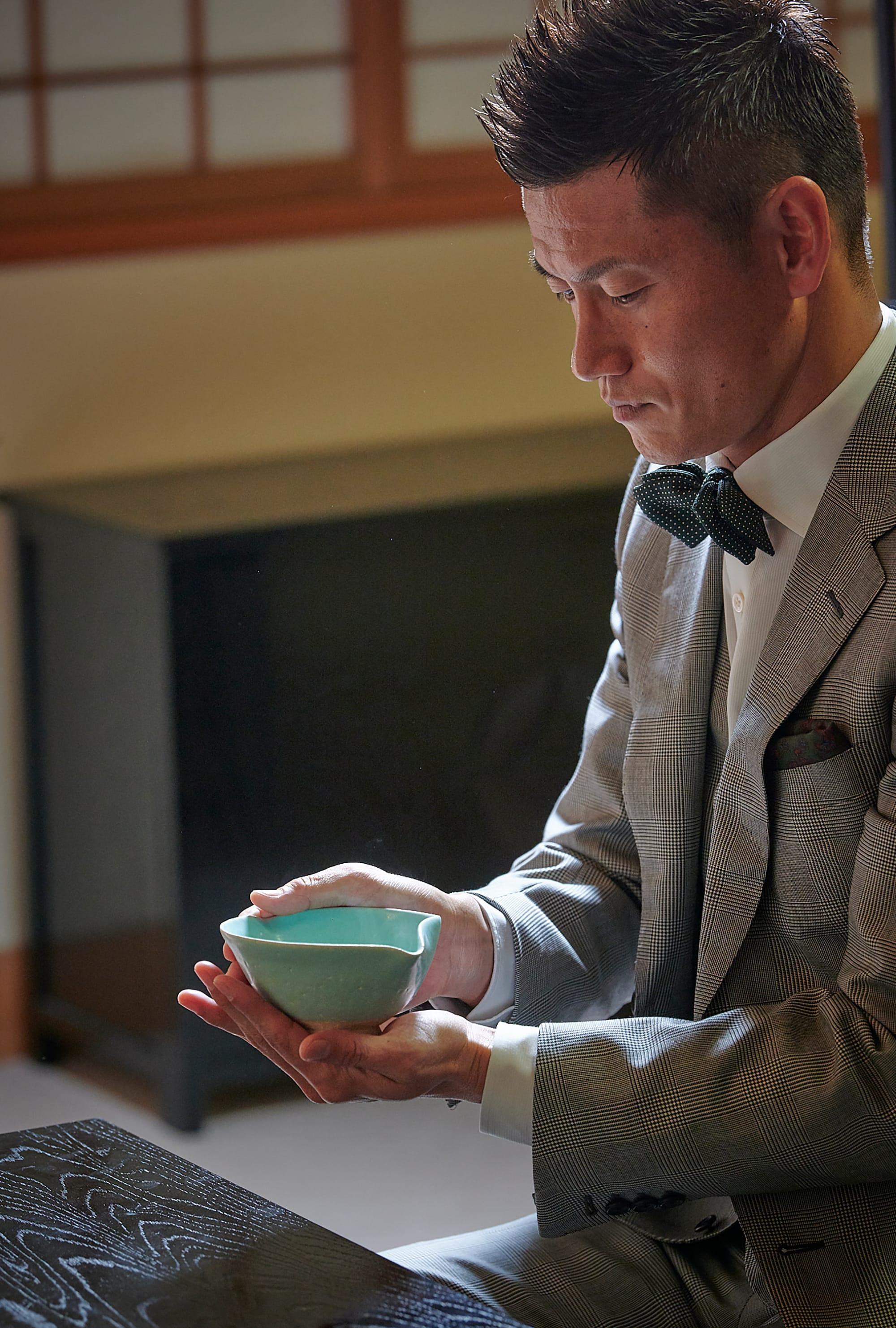 播戶品嚐金(正奎)所點的茶。同時感受的緊張感與舒暢感。