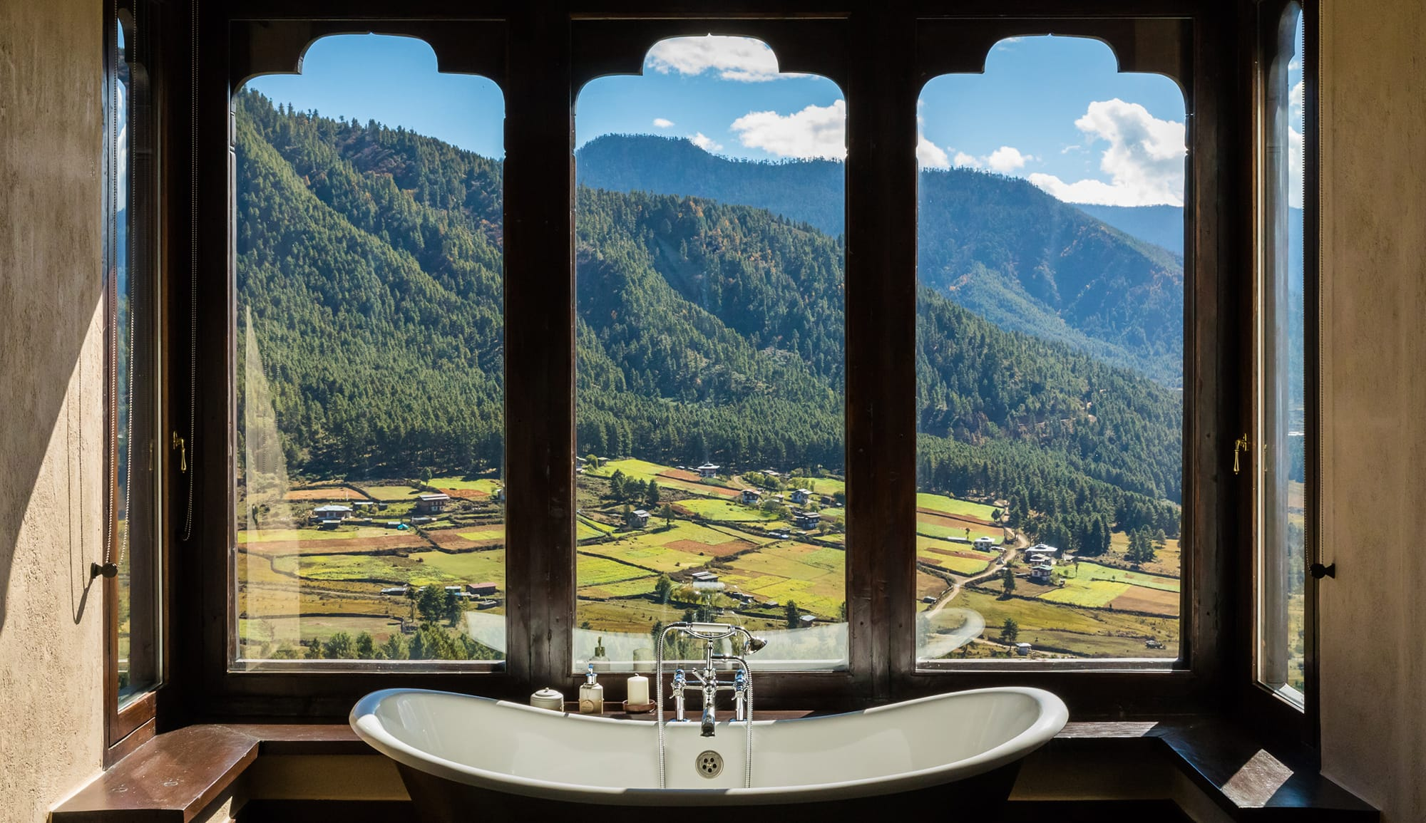 「Gangtey Lodge  ガンティーロッジ」(ブータン・ガンテ) 渓谷の上にあり、雄大な自然や牧歌的な生活を眺望できる。
