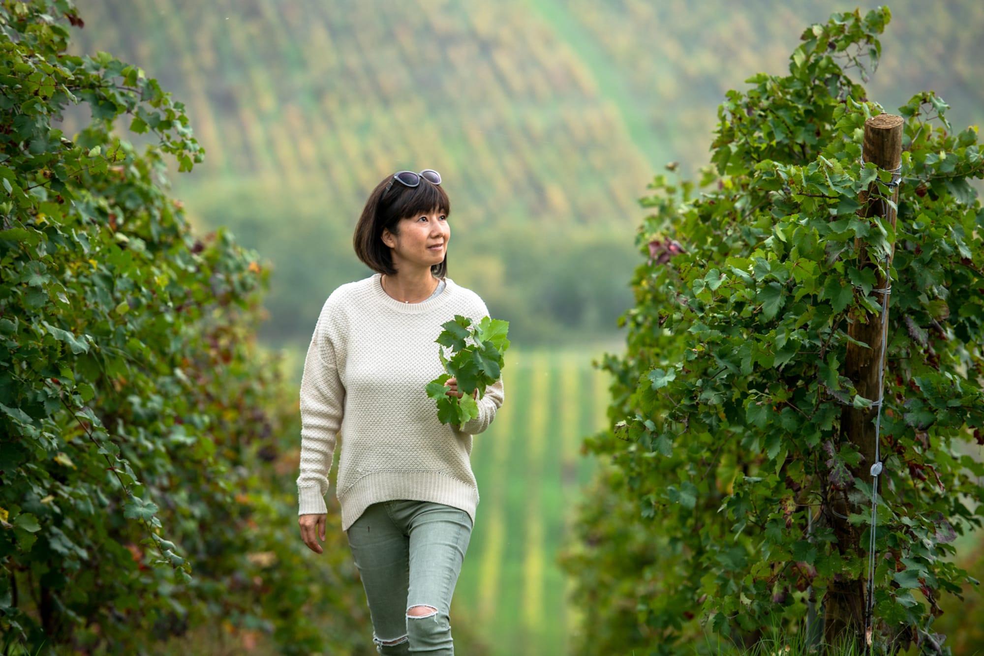 「カステッロ・ディ・ルッツァーノ」のエステート内のブドウ畑を歩く槙島あつ子。 もう一つの拠点マレーシアでは経営者の顔を持つが、一年の大半をこのイタリアのワイン畑で仕事をする。