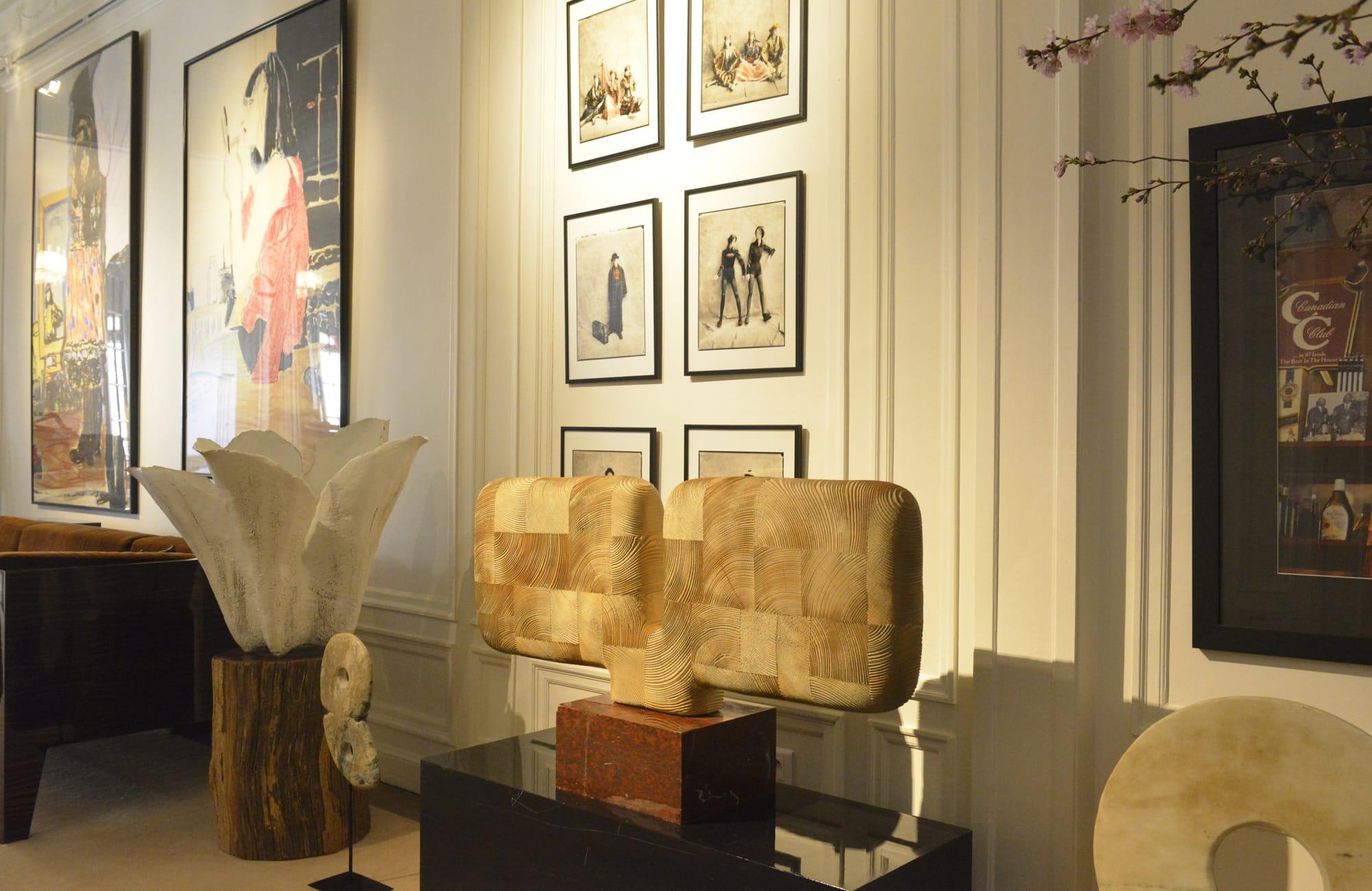 アトリエのデコレーション。絵画、オブジェ、彫刻など、髙田賢三の審美眼で選ばれた作品が調和する空間