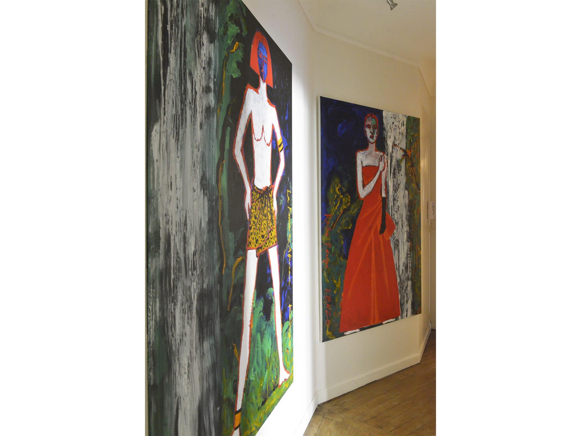 アトリエの玄関から部屋までの長いアプローチにもアート作品が並ぶ。