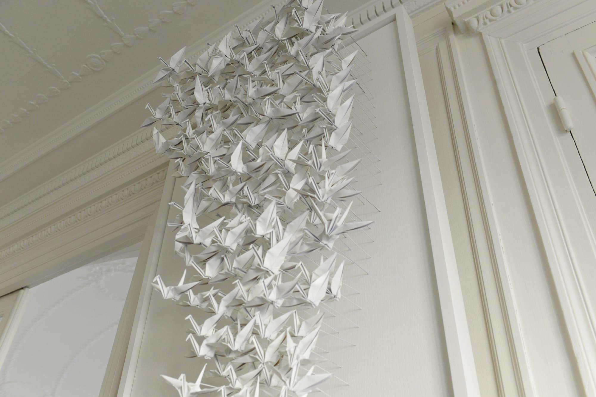 アトリエのデコレーション。ひとつひとつ紙で折られた白い鶴のオブジェはフランス人の知人による作品という。