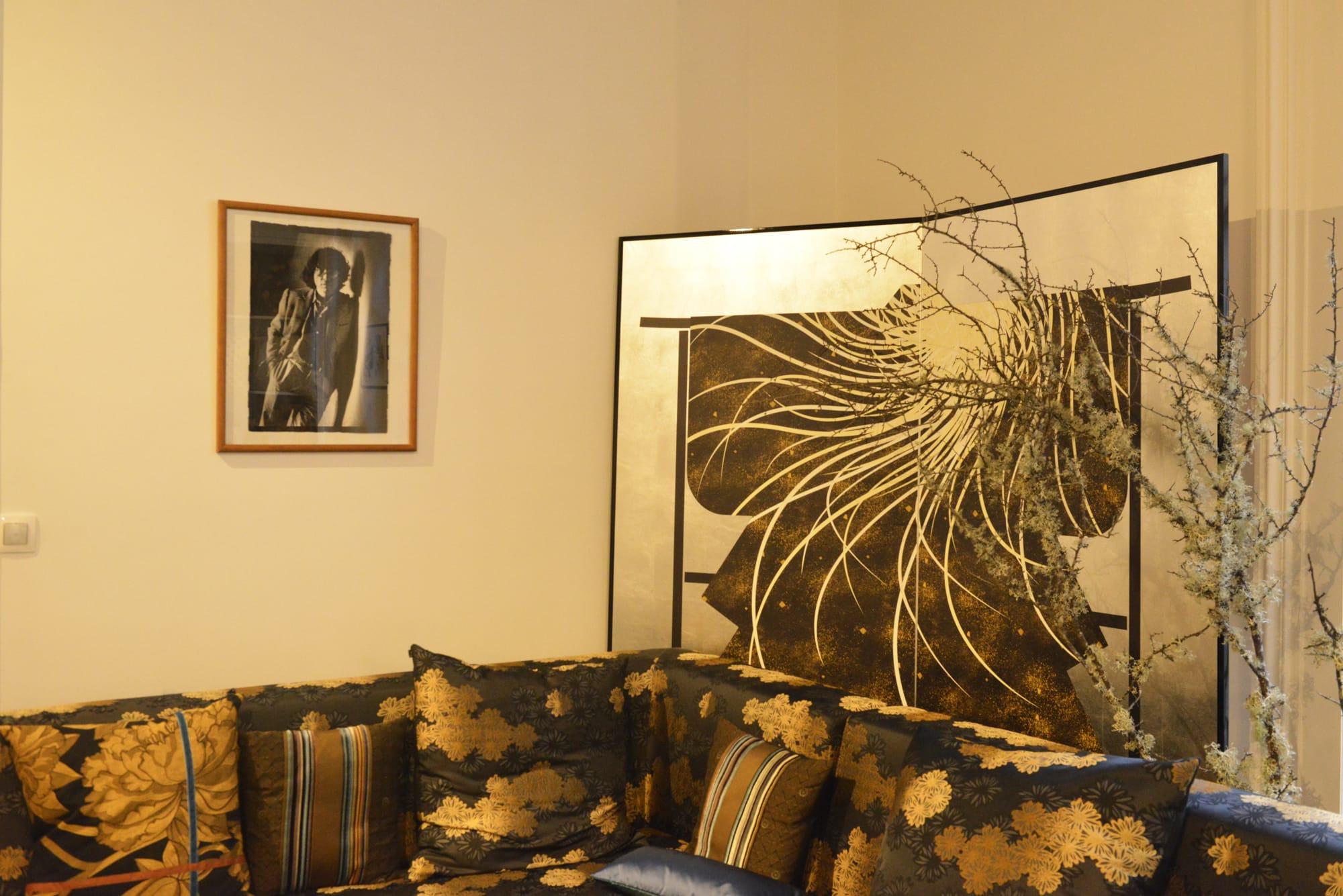 「K三」のショールームにある「Shogun」の部屋。金継ぎの手法を取り入れたファブリックは力強い印象。