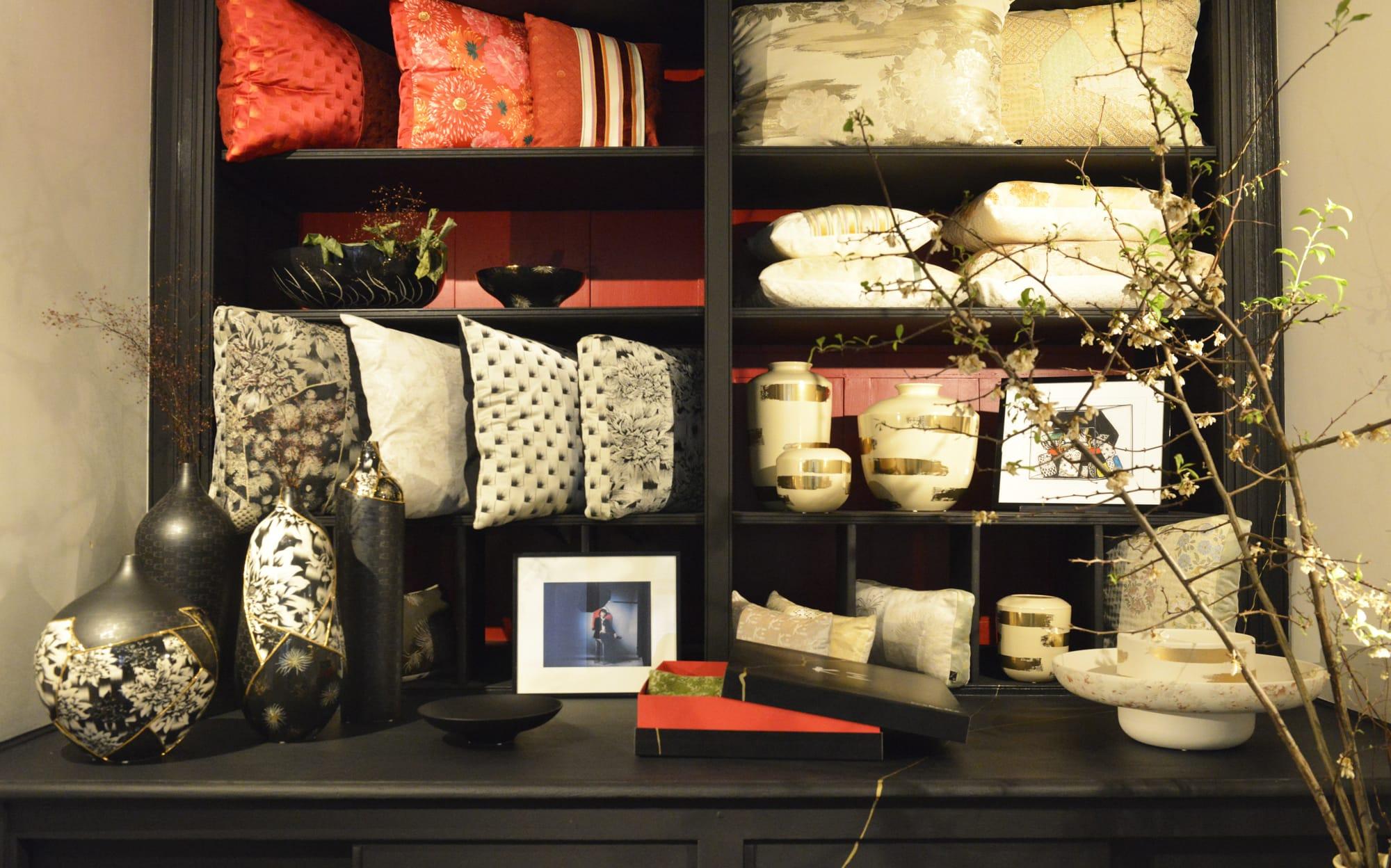 ショールームの棚には「K三」の3つのテーマのコレクションが並ぶ。