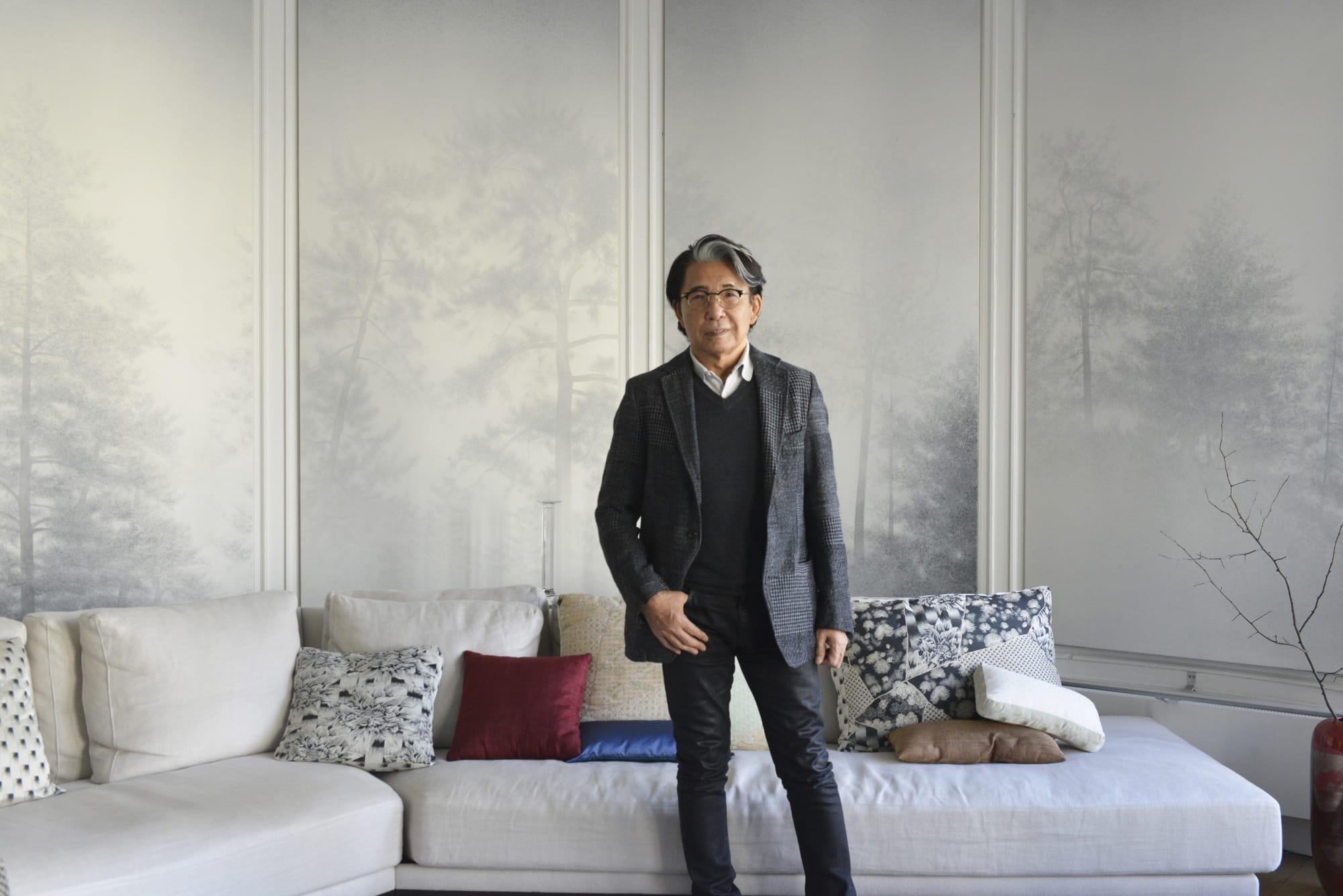 アトリエでの髙田賢三。長年愛用しているソファに自身のホーム&ライフスタイルコレクション「K三」の「Shogun」のクッションが加わった。アトリエの壁を飾るのは、パリ在住の日本画家・釘町彰の作品。