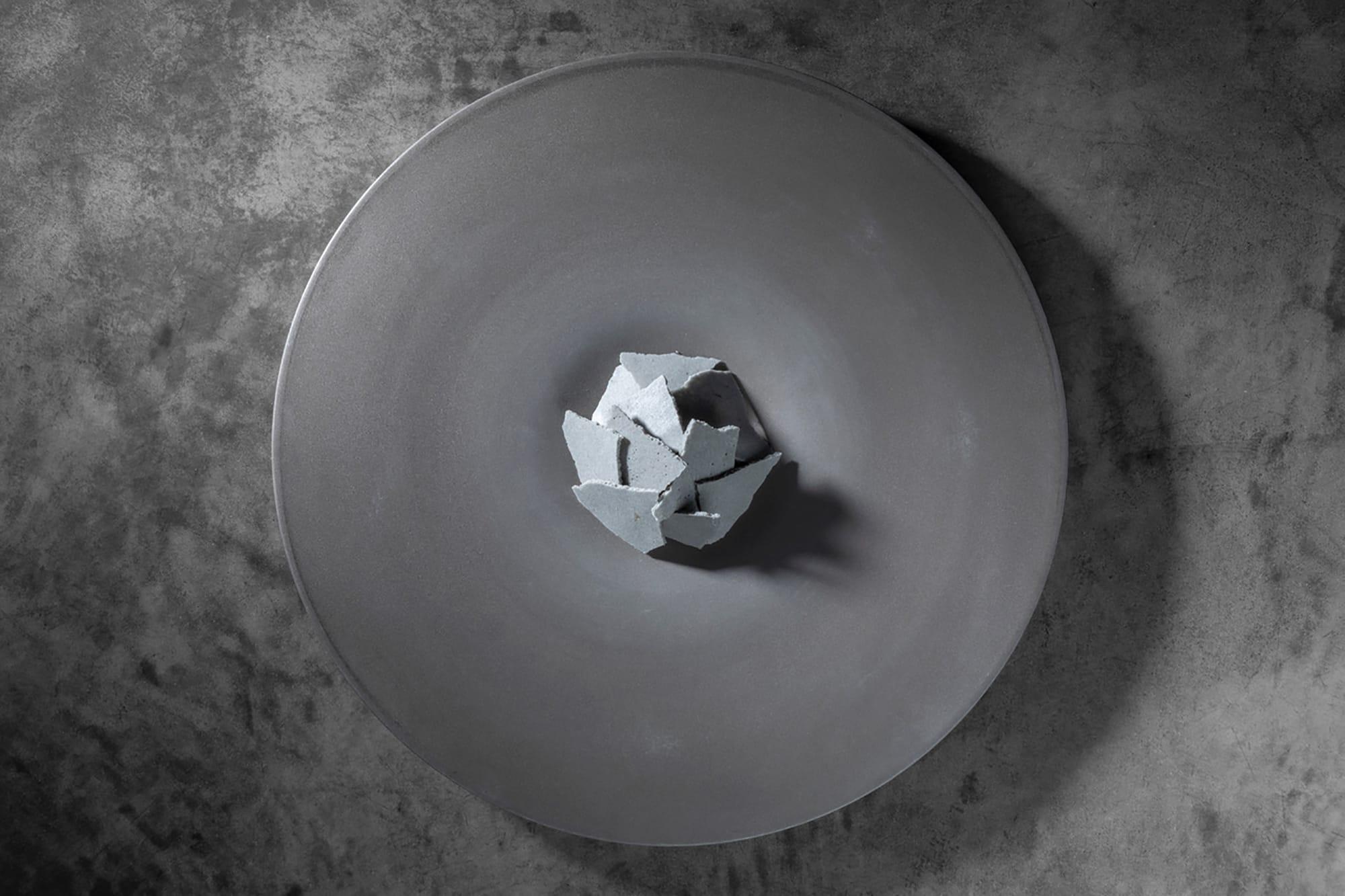 シグネチャーのひとつ「グレーの皿」。鰯のアラで作られたメレンゲを砕くと、中から尾崎牛の真っ赤な肉の色が。ビジュアルと味わいが一気に記憶に突き刺さる美味。