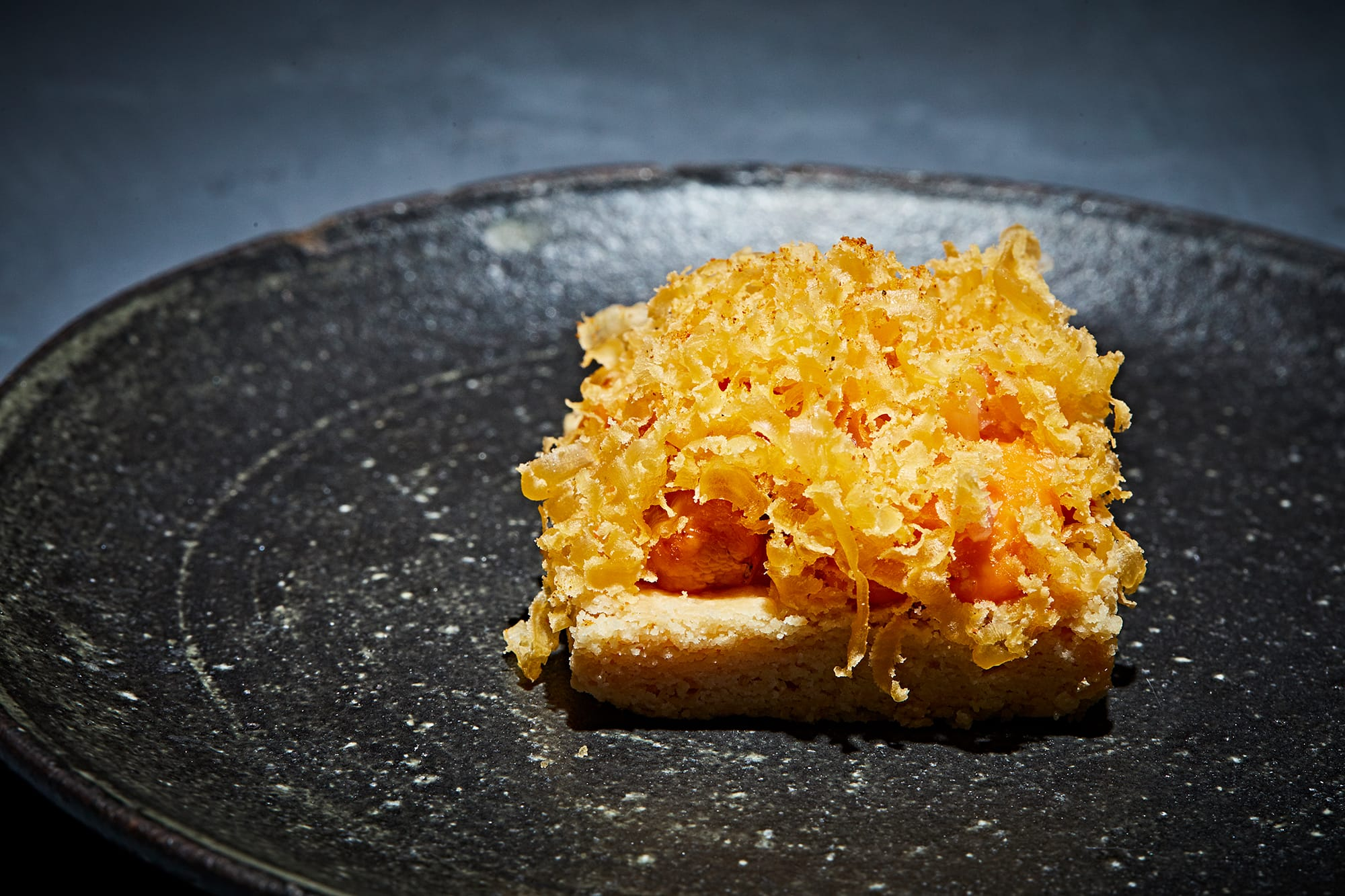 「été」のシグネチャー料理であるウニのタルト。パティシエとしての確かな技術は、これ以上ないほどにサクサクと香ばしい生地に生きている。