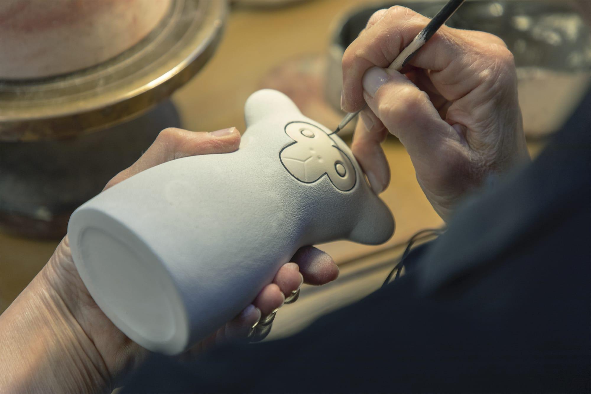 職人の筆圧や釉薬の色合いの濃淡など、ほんの少しの違いが作品の個性となり、独特の味わいが生まれる。