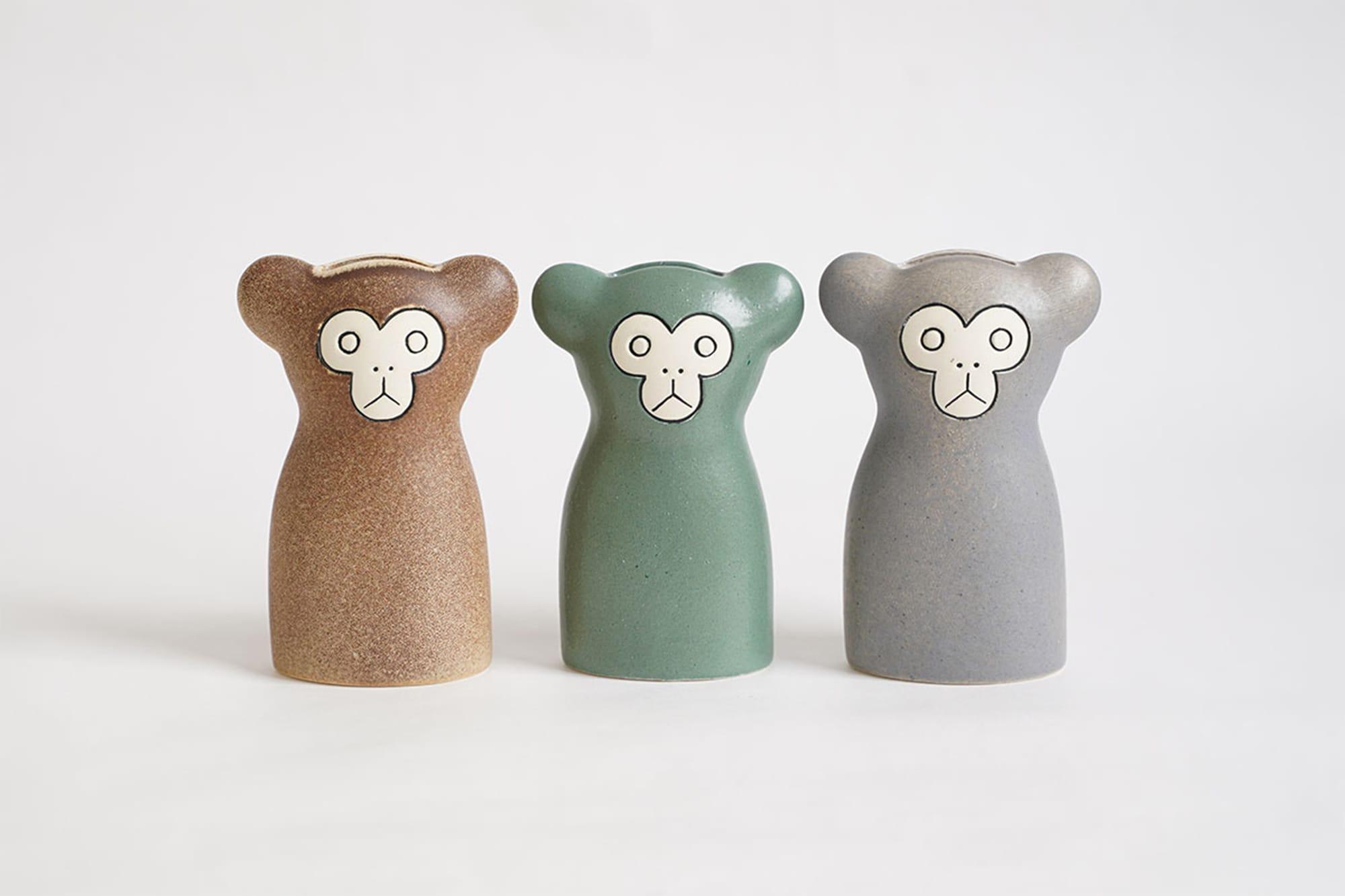 新作の「Monkey(さる)」。左から順にBrown、Green、Grayの3色展開。幅7㎝×高さ13.5㎝。落ち着いた色合いからあたたかみを感じる。