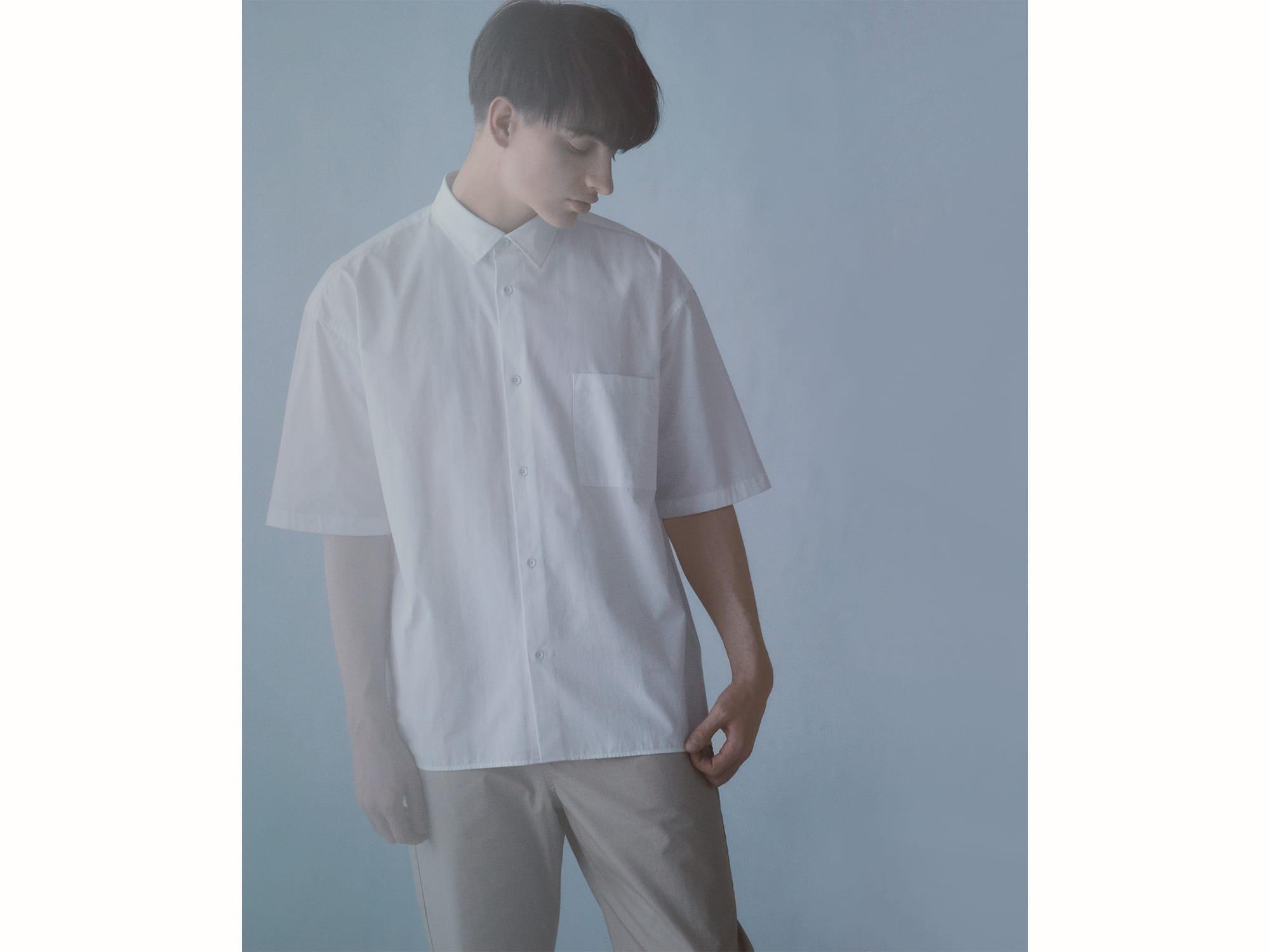 ニュートラルに取り入れられるアイテムをラインナップする「AIDA」コレクションから、「ミニマル ショートスリーブシャツ」17,800円(税込)。