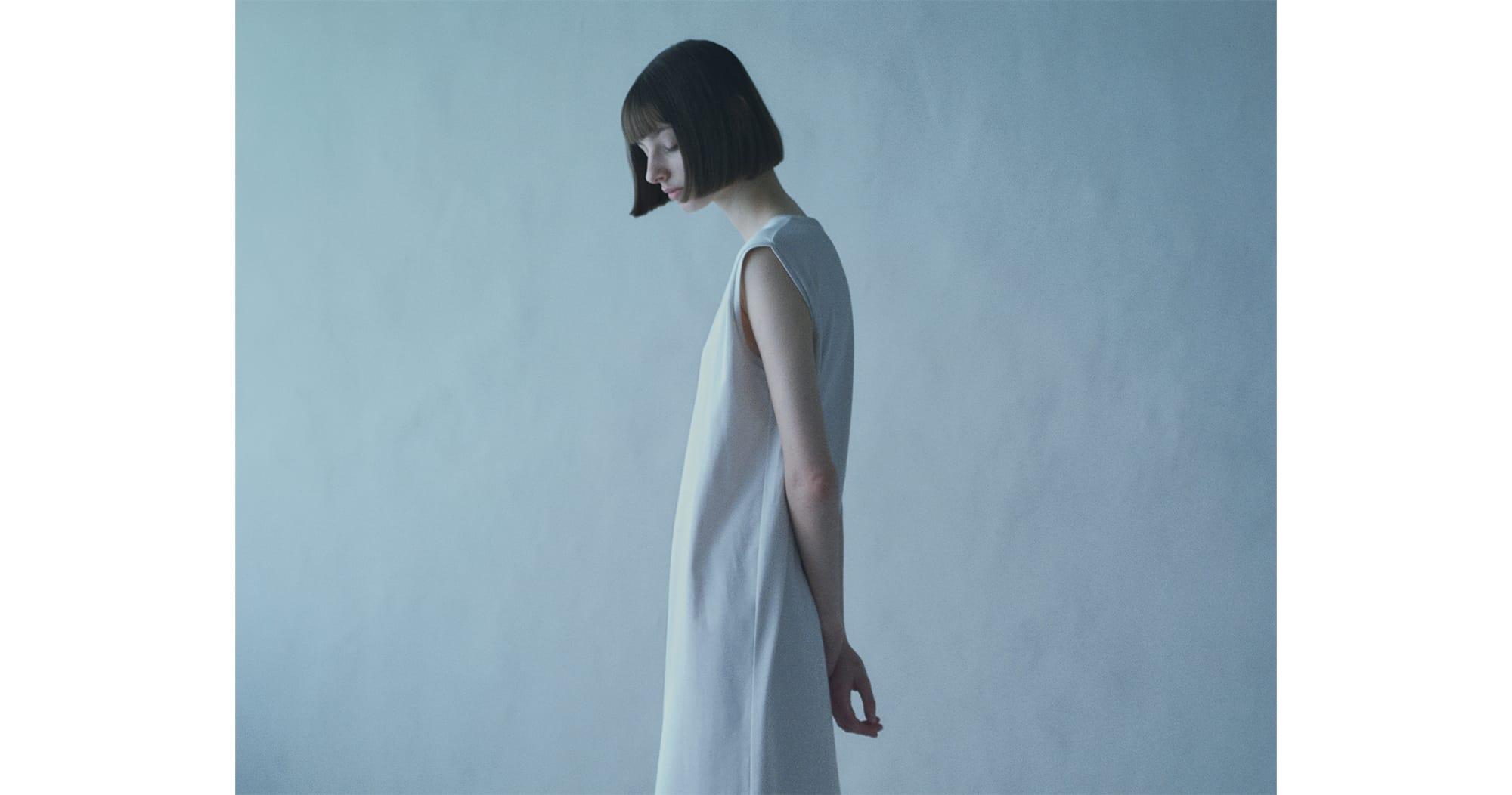 素材の優しさを感じる「FURERU」コレクションから、ワンピース「ラウンドヘム スリーブレス ドレス」16,500円(税込)。
