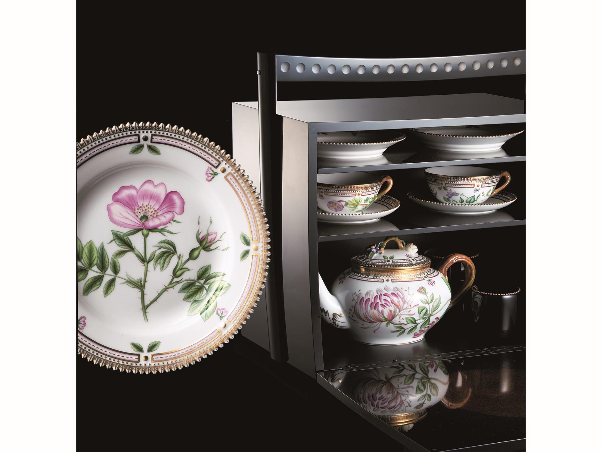 「望」野点小箪笥は、ローザメントーサのデザートプレート、ビオラとラナンキュラスのティーカップ&ソーサーなど、2名用の揃えとなっている。
