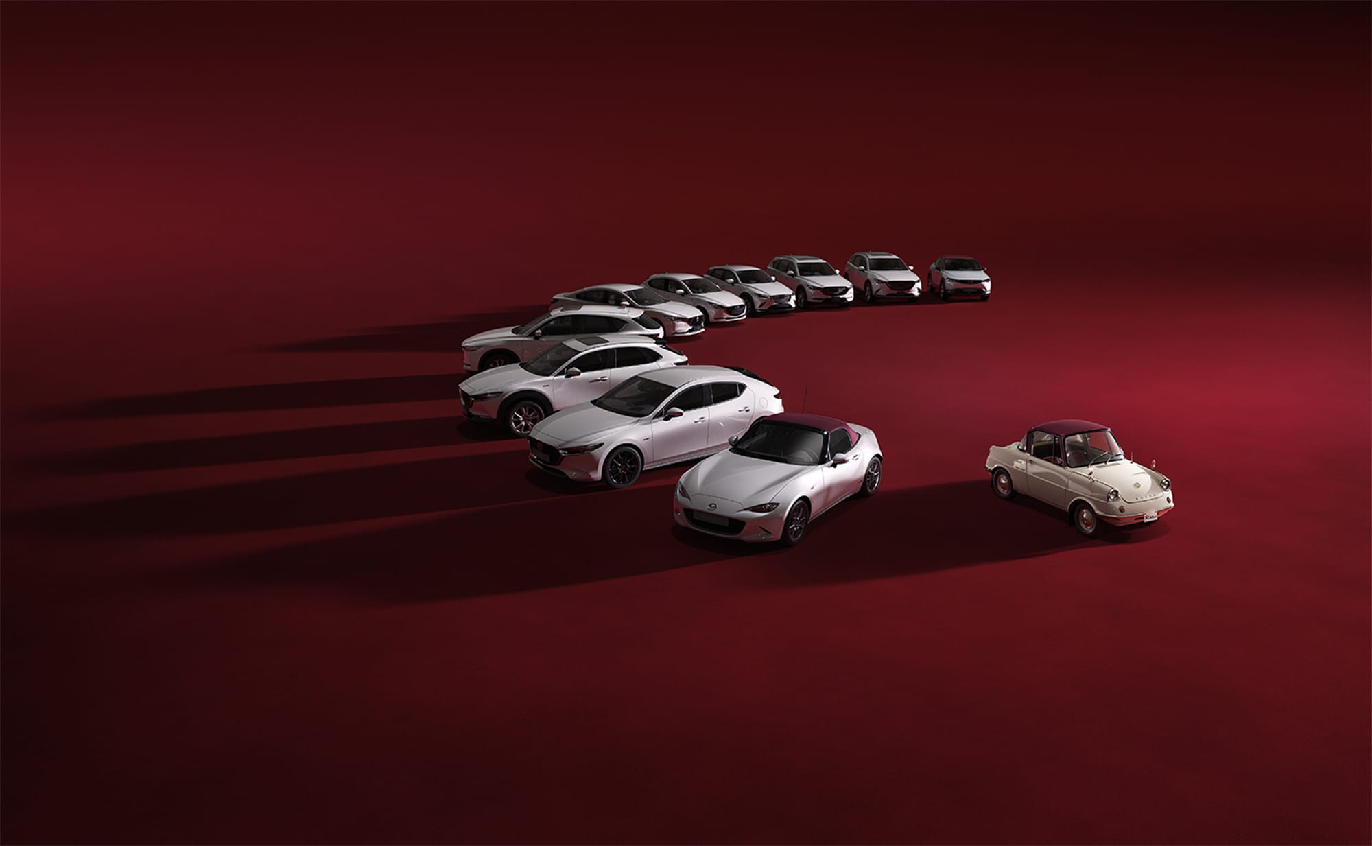 「R360クーペ」をモチーフとした、ホワイトとバーガンディのツートンカラーの内外装で彩られる「100周年特別記念車」。マツダの登録全車種で展開する。