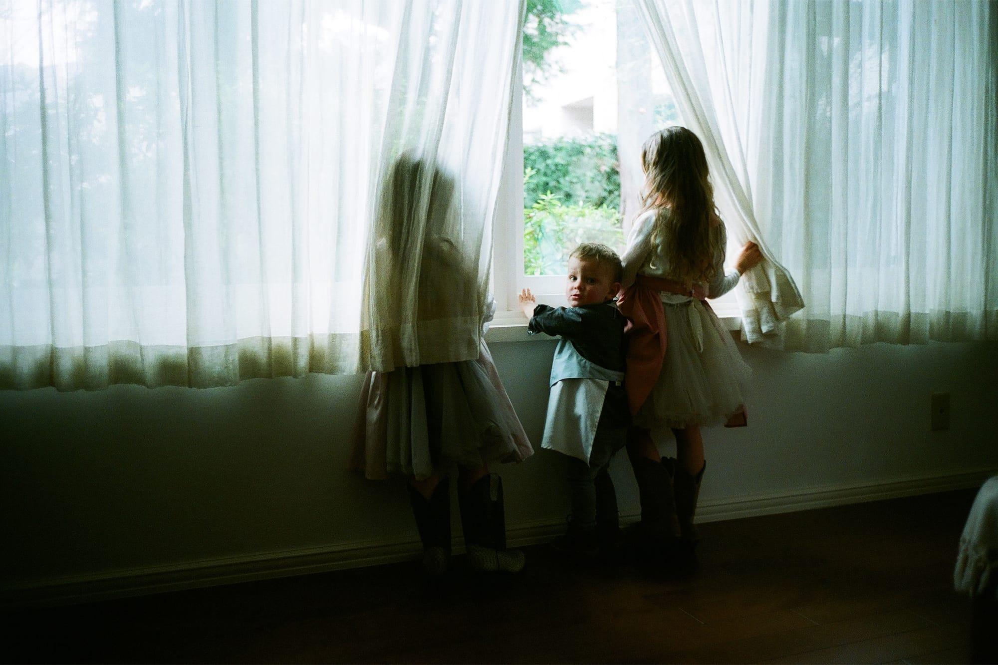 お食事エプロンは、ドレスのようなシルエットの女の子用「bouquet(ブーケ)」とギャルソンボーイ風の男の子用「garcon(ギャルソン)」の2種類。それぞれベビーサイズ(80〜90㎝)4,500円(税別)、キッズサイズ(100〜110㎝)5,000円(税別)。