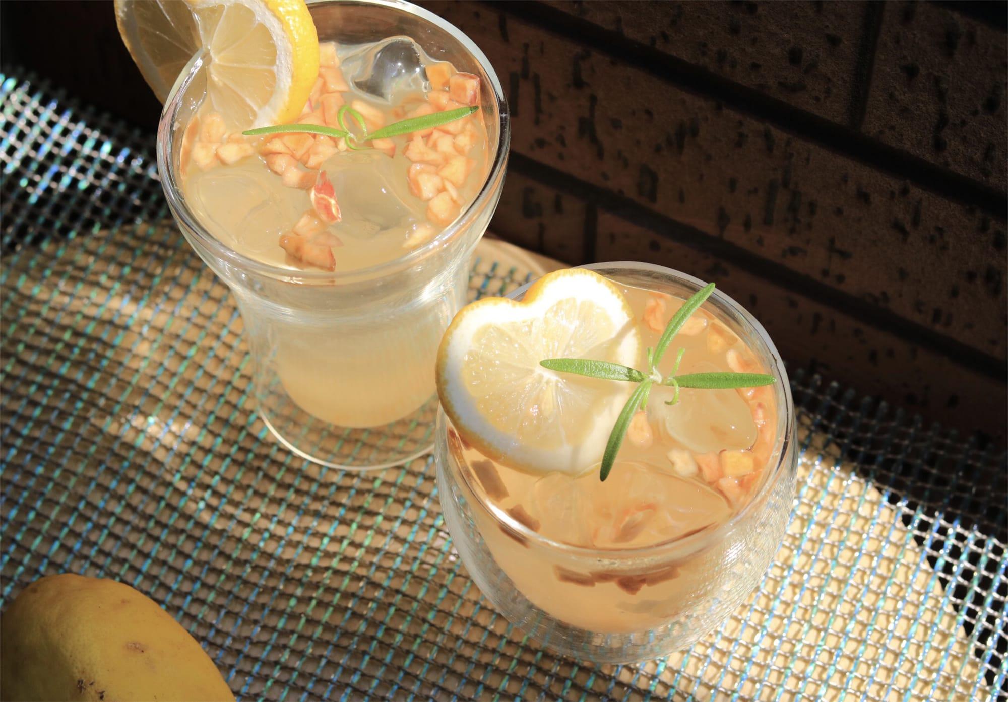 ドライレモンに有機ドライアップルやドライパパイヤ、ドライパイナップルなどをブレンドした甘酸っぱいフルーツティ。フルーツも一緒に召し上がれ。