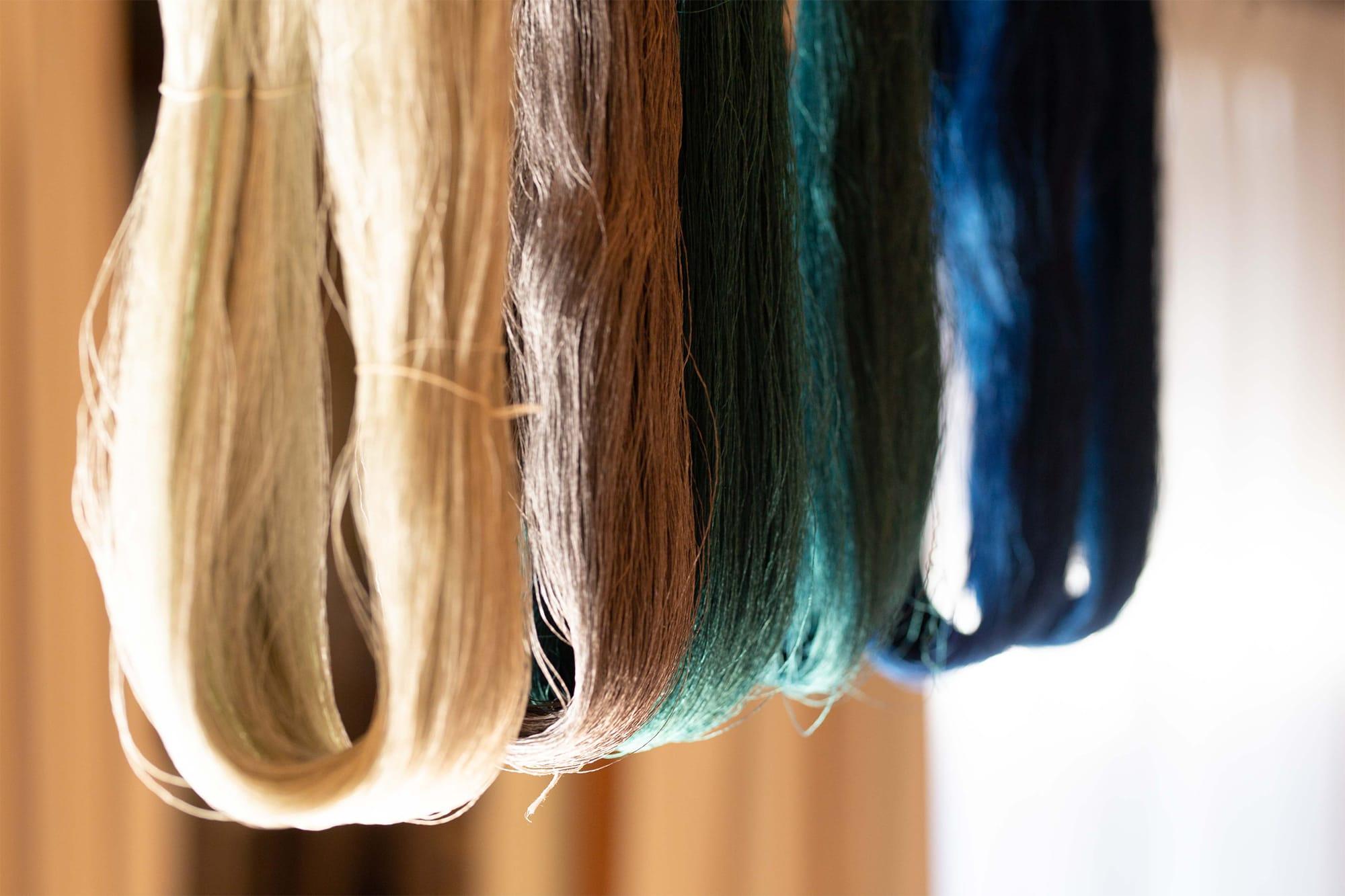 染め上がった色糸は、太陽の光と自然の風にさらすことで、色彩はさらに強い生命力を帯びてゆく。命の輝きが、そこに凝縮されているのが感じられる。