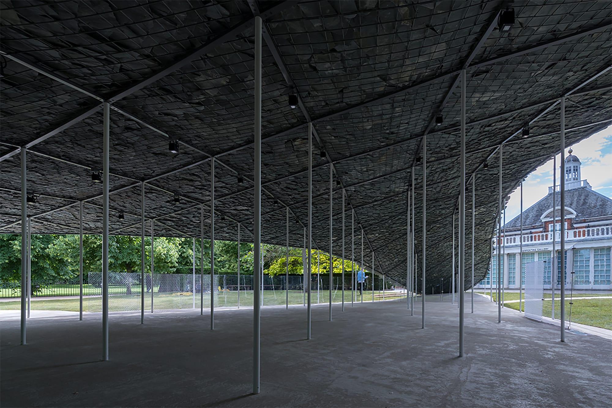 内部には細い柱が並ぶ。サーペンタイギャラリーは、ハイドパークとつながった公園であるケンジントンガーデンズにある。 Serpentine Pavilion 2019 Designed by Junya Ishigami, Serpentine Gallery, London (21 June – 6 October 2019), © Junya Ishigami + Associates, Photography © 2019 Iwan Baan