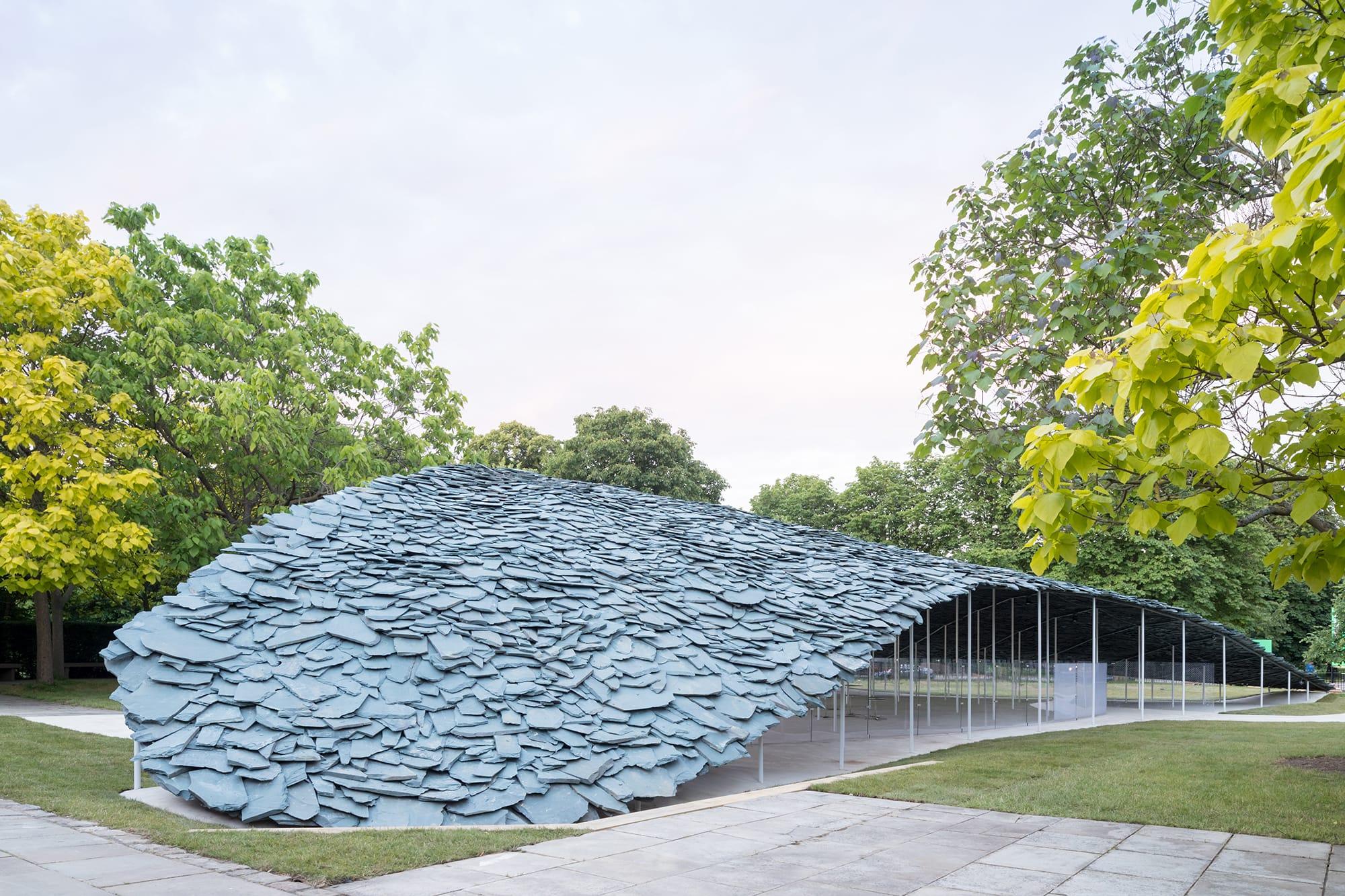 2019年のサーペンタインギャラリー・パビリオンのデザインを担当した石上。106本のスチール製の細い柱が何層も積み重ねた平らな石の屋根を支えている。 Serpentine Pavilion 2019 Designed by Junya Ishigami, Serpentine Gallery, London (21 June – 6 October 2019), © Junya Ishigami + Associates, Photography © 2019 Iwan Baan