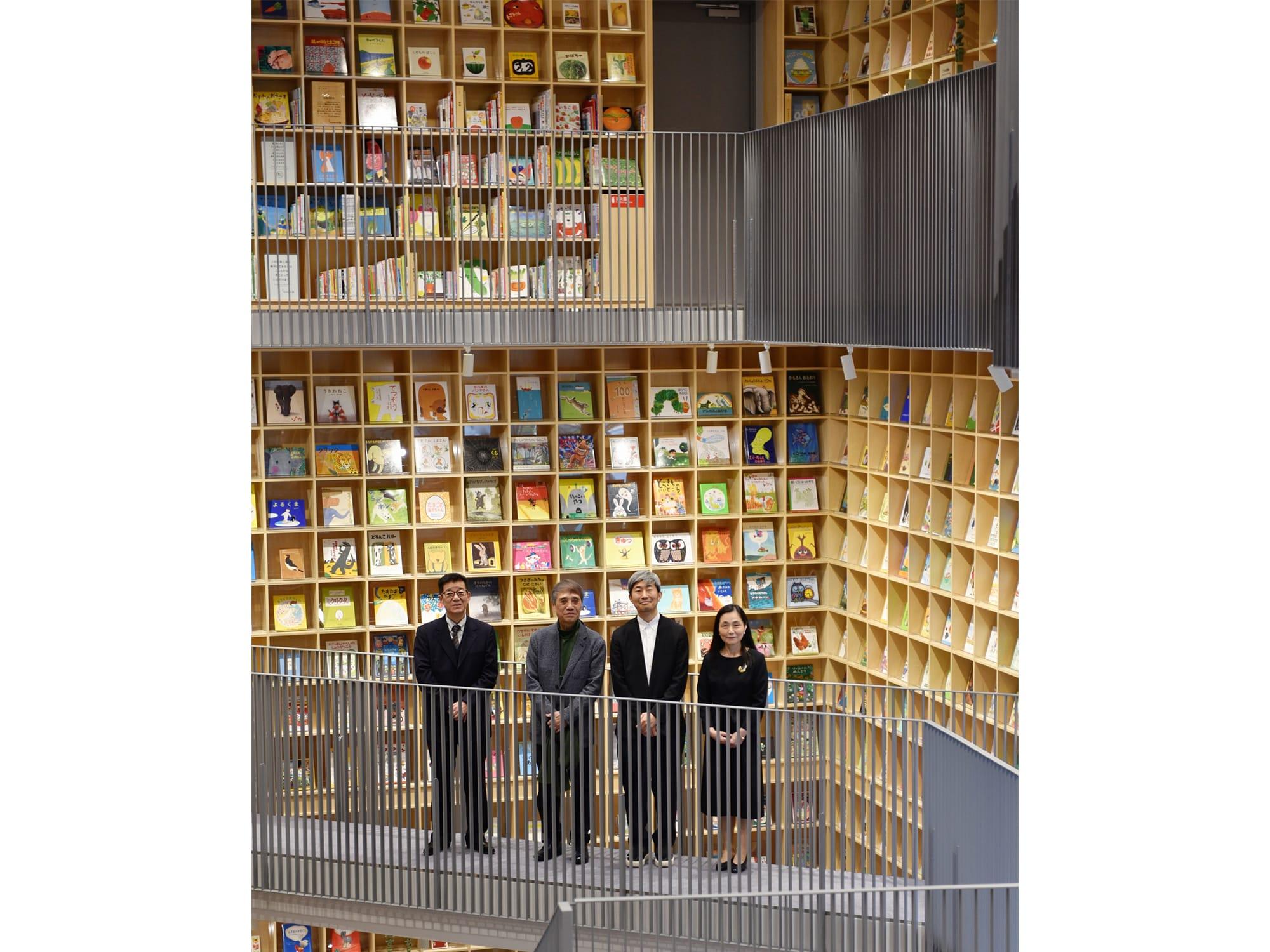 左から、大阪市松井一郎市長、建築家・安藤忠雄、ブックディレクター・幅允孝、こども本の森 中之島こども本の森 中之島前川千陽館長。