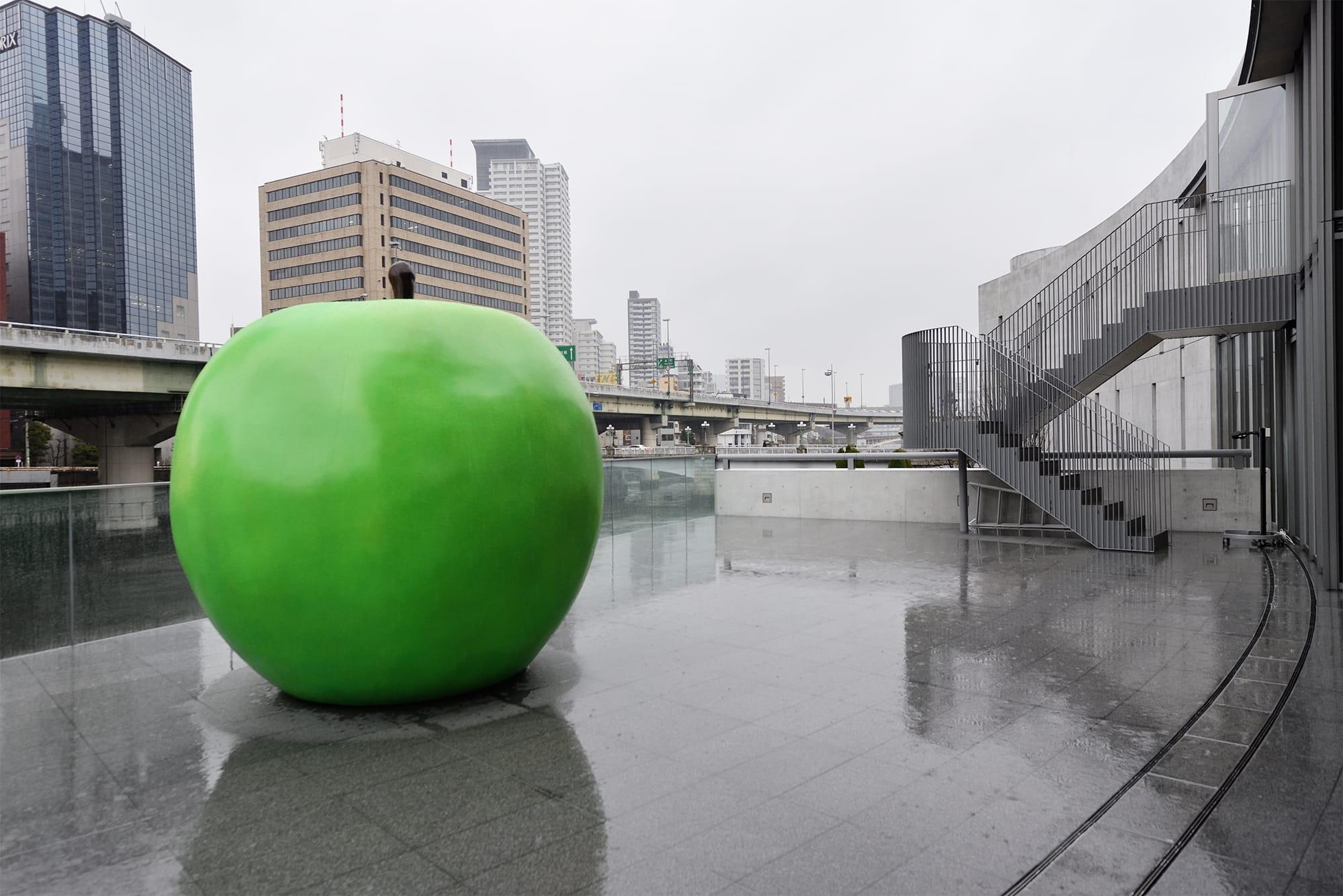 エントランスポーチには「永遠の青春」をテーマにつくられた青リンゴのオブジェ。