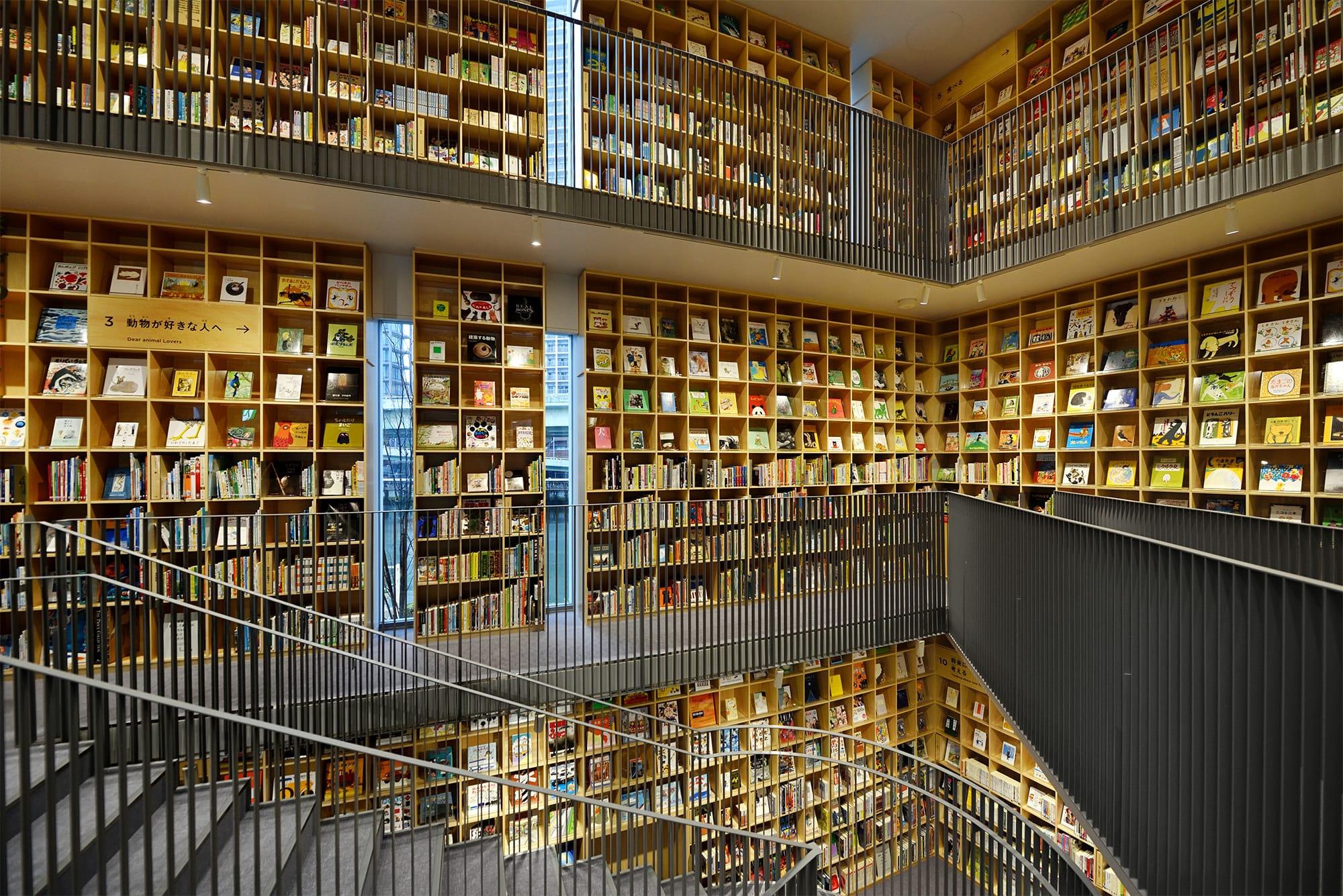 """3フロア分の壁がすべて本棚になっている、まさに""""本の森""""のようだ。"""