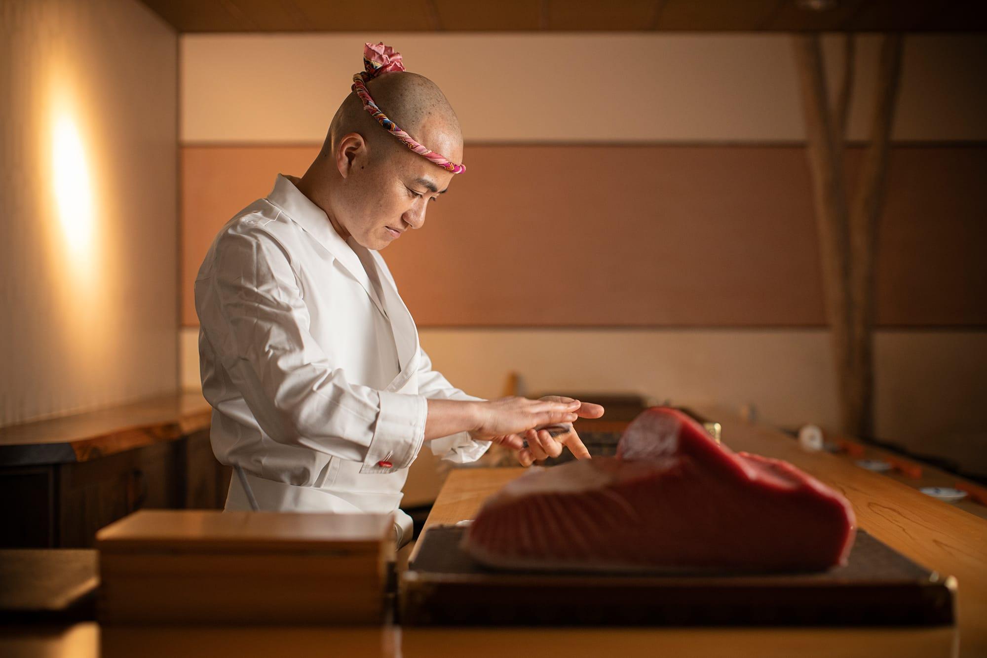 15歳で鮨職人の道へ。名店「鮨幸」で15年間研鑽を重ねた職人技が光る。