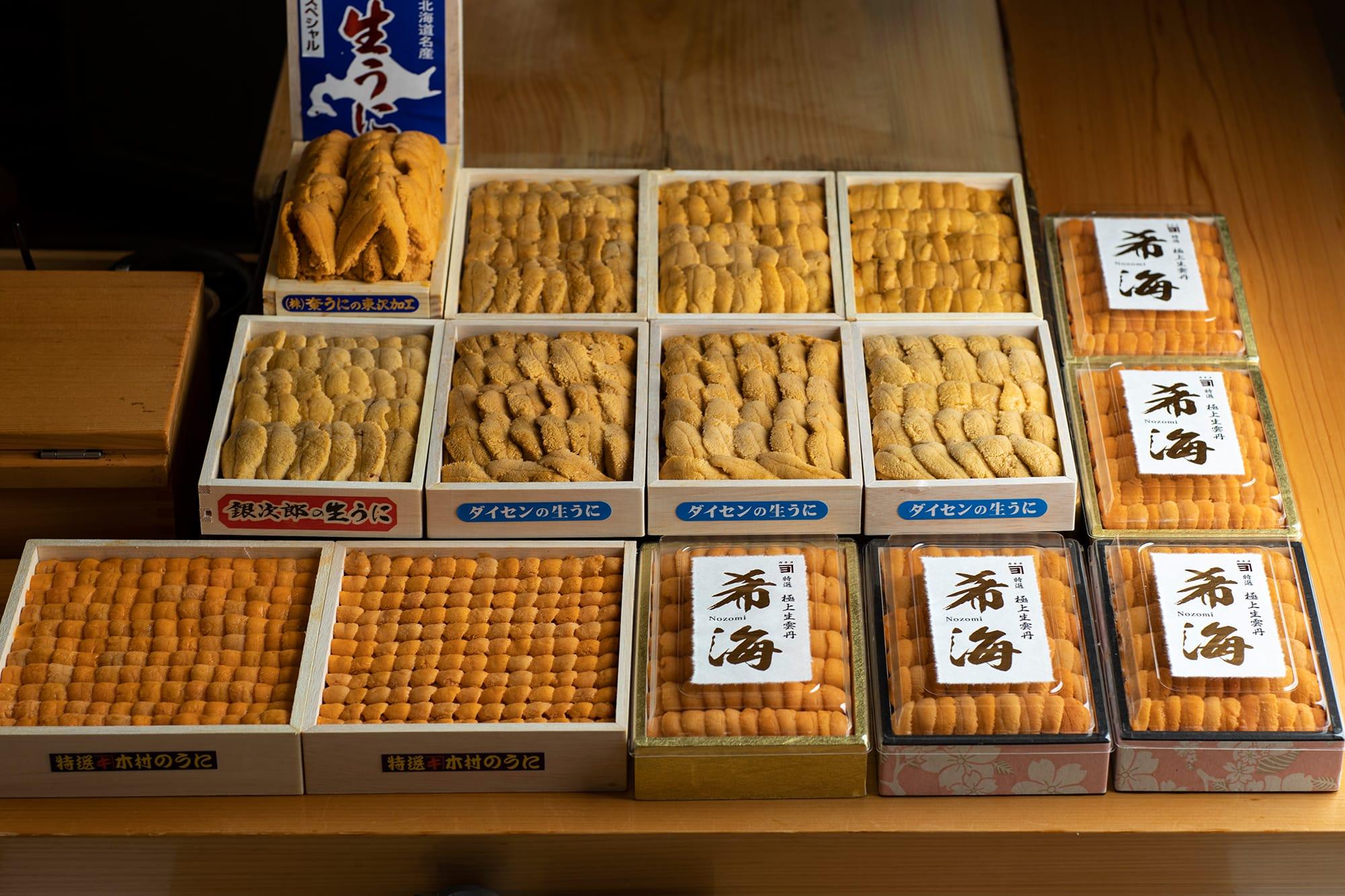見事なウニのケースがずらりと並ぶ。季節によって変わる、さまざまなウニの食べ比べが可能。