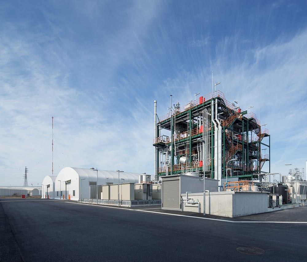 最新のケミカルリサイクル技術BRING technology™による再生ポリエステル製造事業を担う日本環境設計の北九州響灘(ひびきなだ)工場の夜景。北九州市は「世界の環境首都」を目指し、クリーンエネルギーの積極的な導入を進めている。