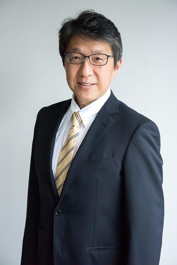岩元美智彦  Michihiko Iwamoto 日本環境設計株式会社 取締役会長 1964年鹿児島県生まれ。北九州市立大学卒業後、繊維商社に就職。営業マンとして勤務していた1995年、容器包装リサイクル法の制定を機に繊維リサイクルに深く携わる。2007年1月、現取締役社長の髙尾正樹とともに日本環境設計を設立。資源が循環する社会づくりを目指し、リサイクルの技術開発だけではなく、メーカーや小売店など多業種の企業とともにリサイクルの統一化に取り組む。2015年アショカフェローに選出。著書『「捨てない未来」はこのビジネスから生まれる』(ダイヤモンド社)。